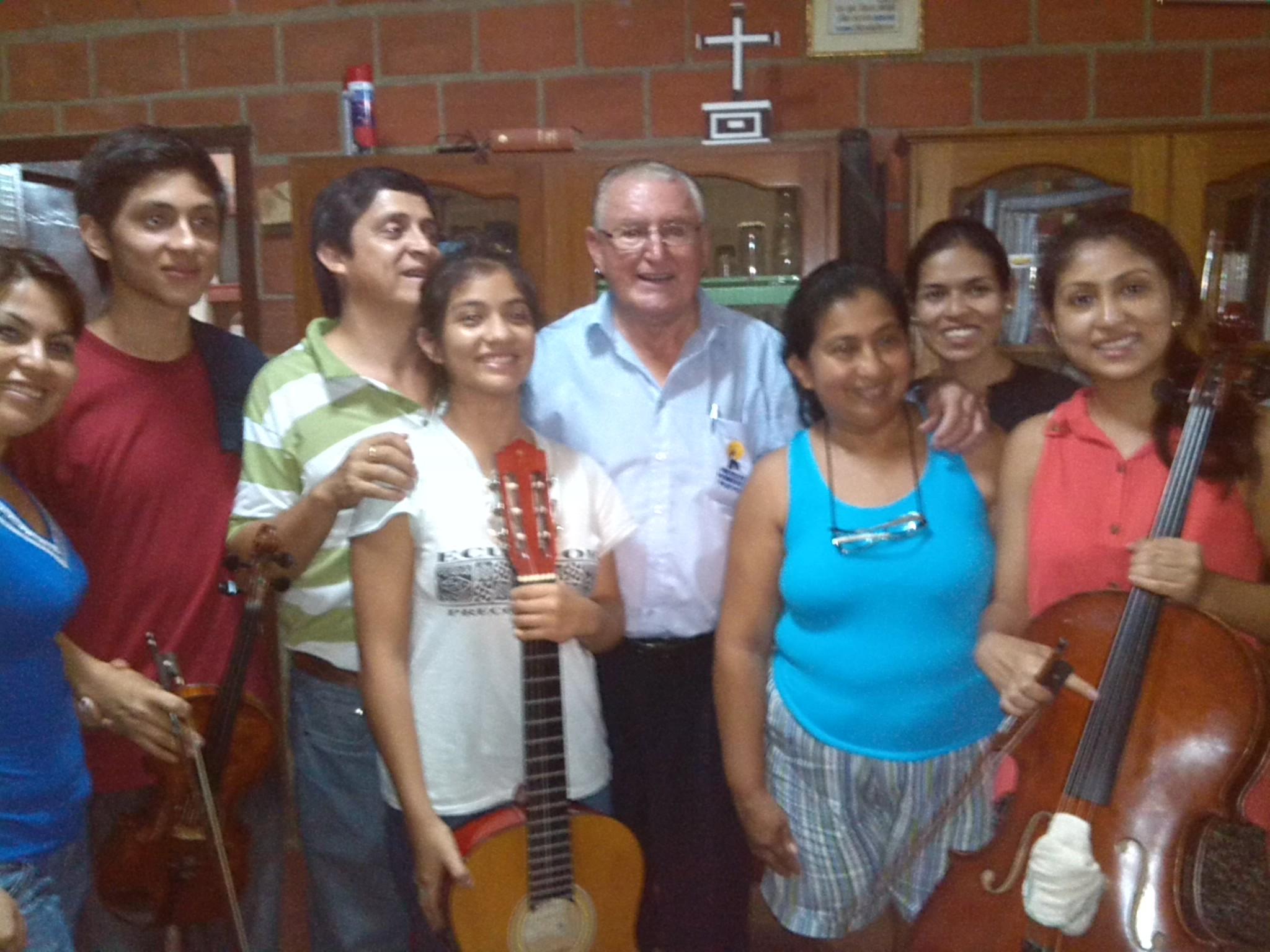 Irma, el Padre Nicolás y Lorena con la Familia Ecuatoriana tras el concierto