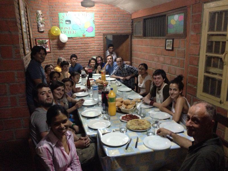 Cena de cumpleaños-despédida de Javier que preside la mesa