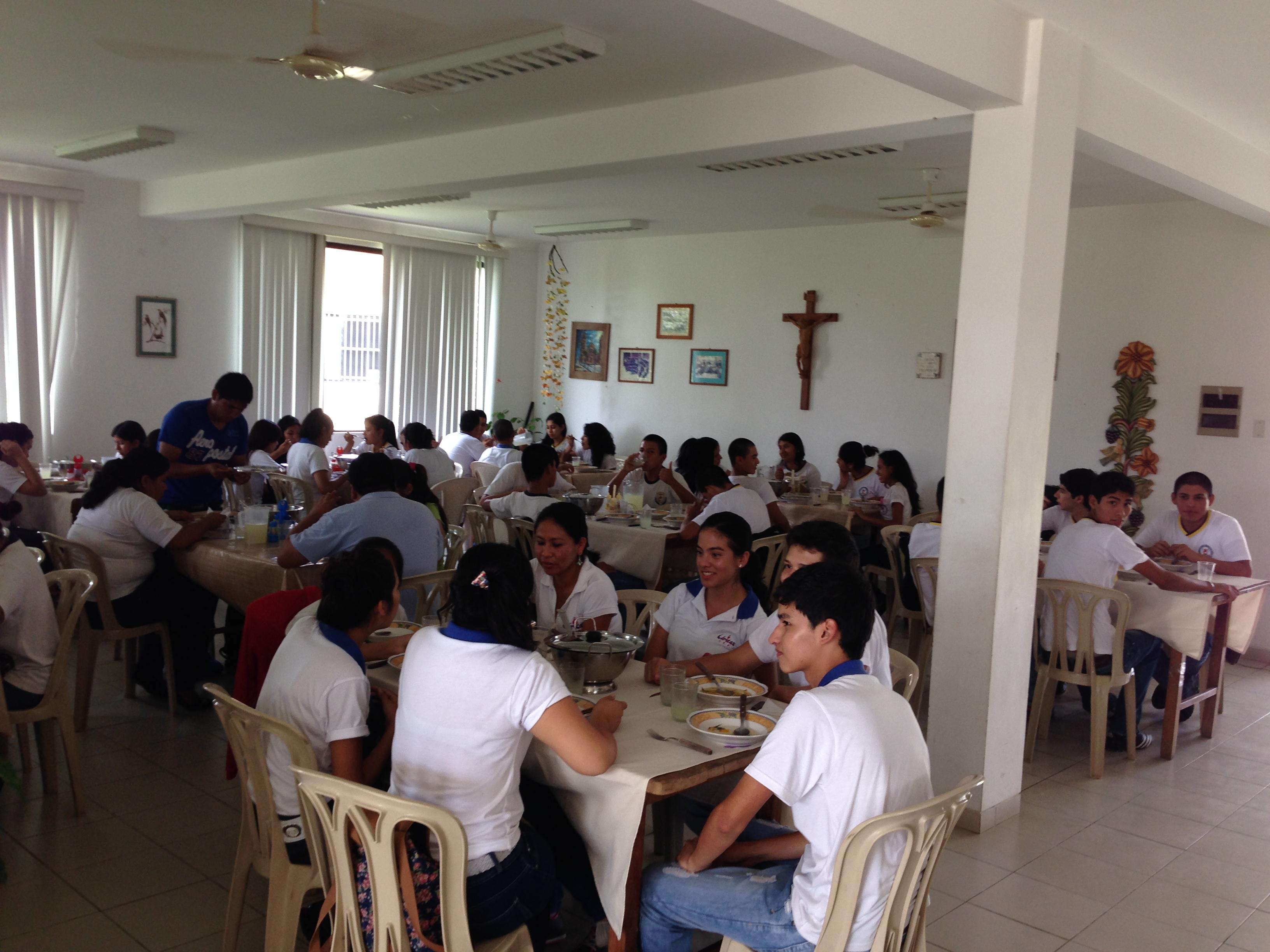 Grupo de jóvenes comiendo en uno de los comedores de la
