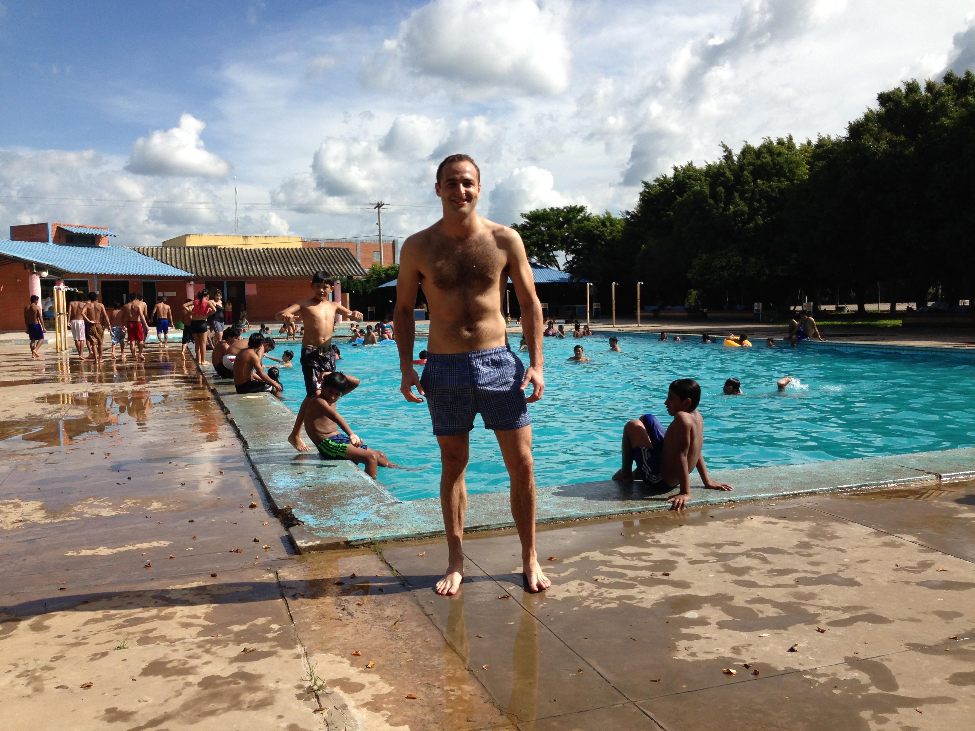 Disfrutando un poco de la piscina. Os aseguro que las piscinas en un buen día se llenan hasta arriba.