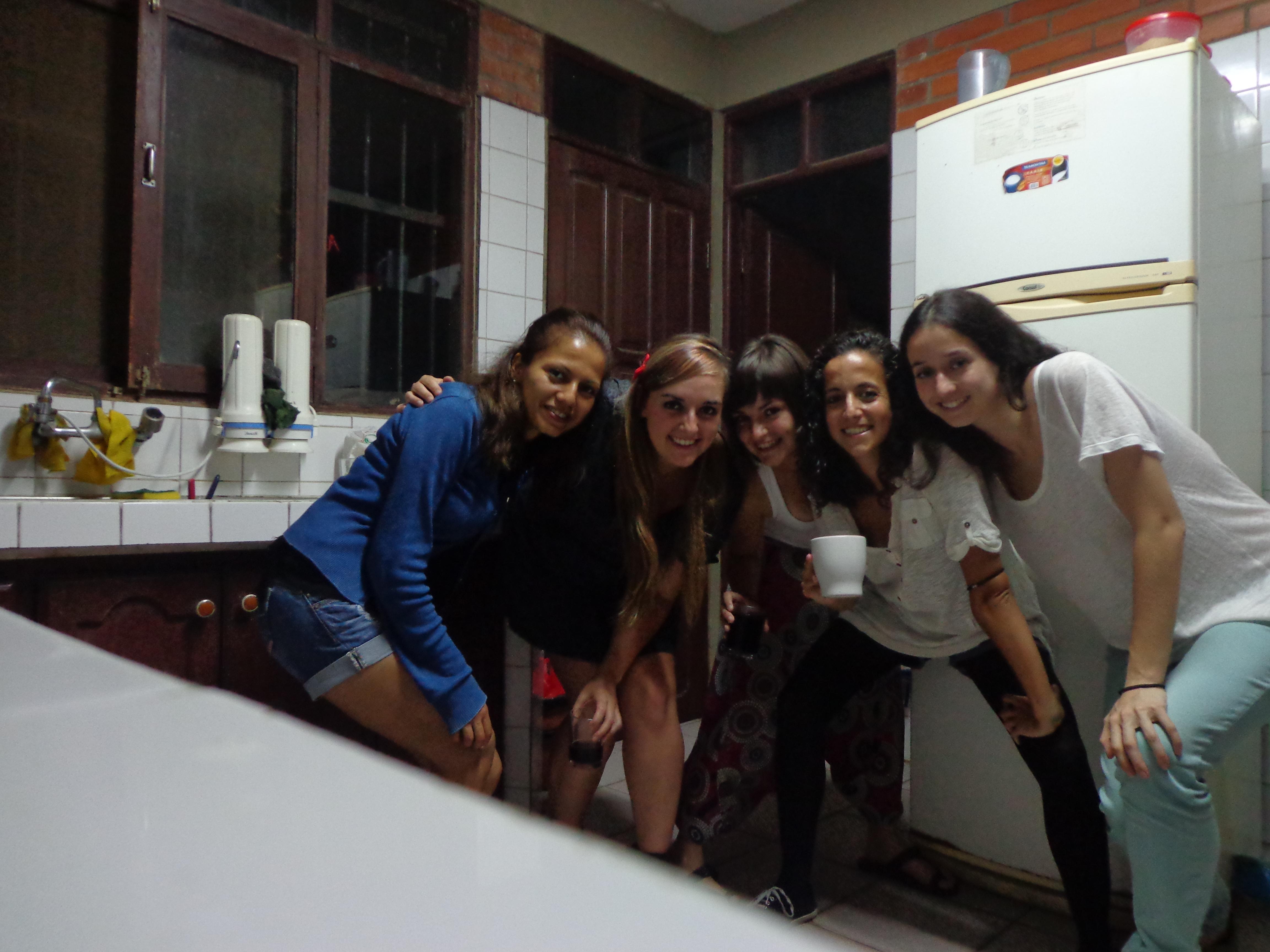 Tomando una copita de sábado noche. De izquierda a derecha: Wilma, Lucía, Ana, Cristina y Claudia