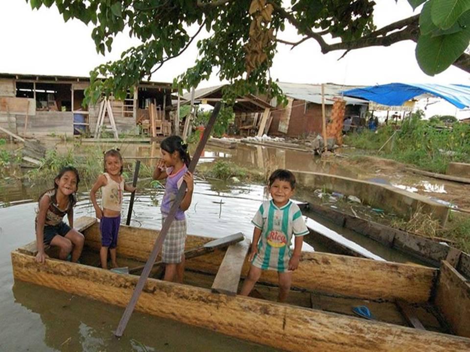 Niños en un canoa en la ciudad de Reyes (El Beni)