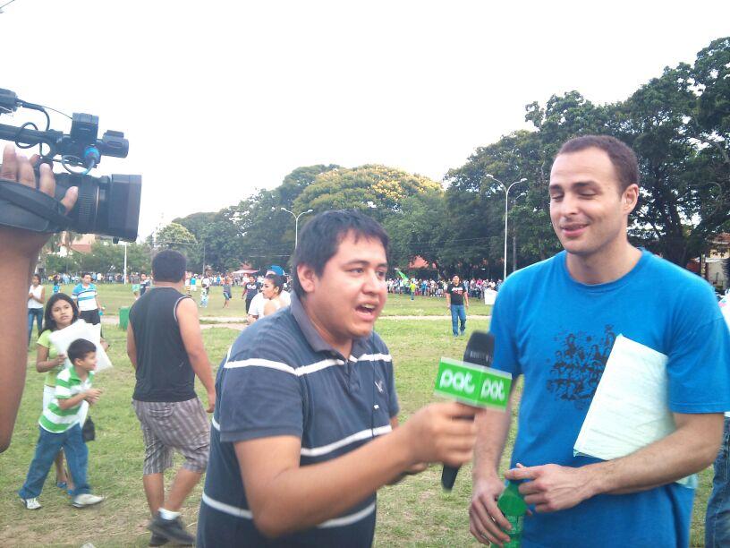 Entrevista previa al partido con la cadena nacional de televisión PAT. El único documento grafico que hay es con los ojos cerrados