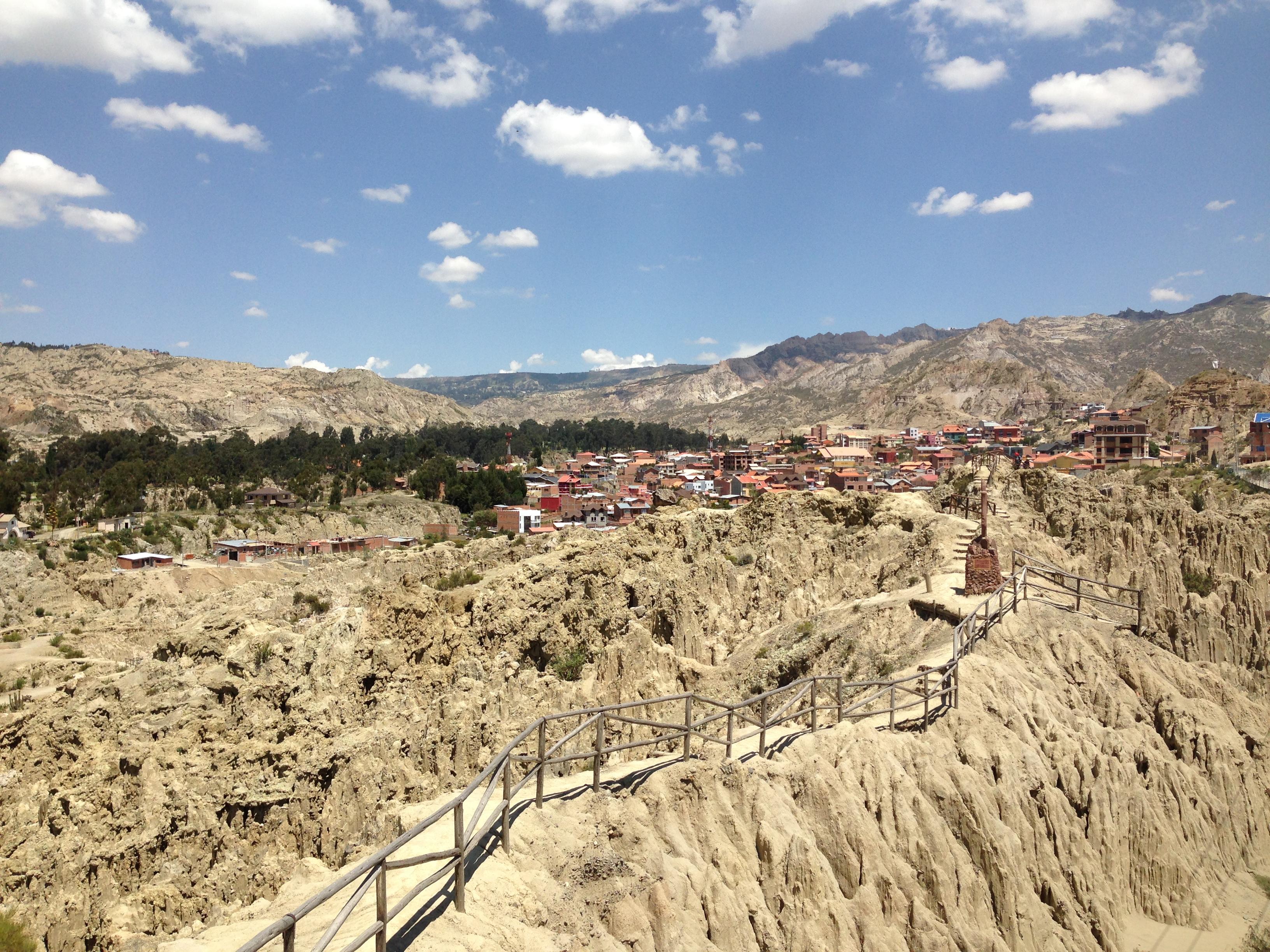 """""""Valle de la Luna"""". De fondo se pueden apreciar las construcciones que destrozan el paisaje"""
