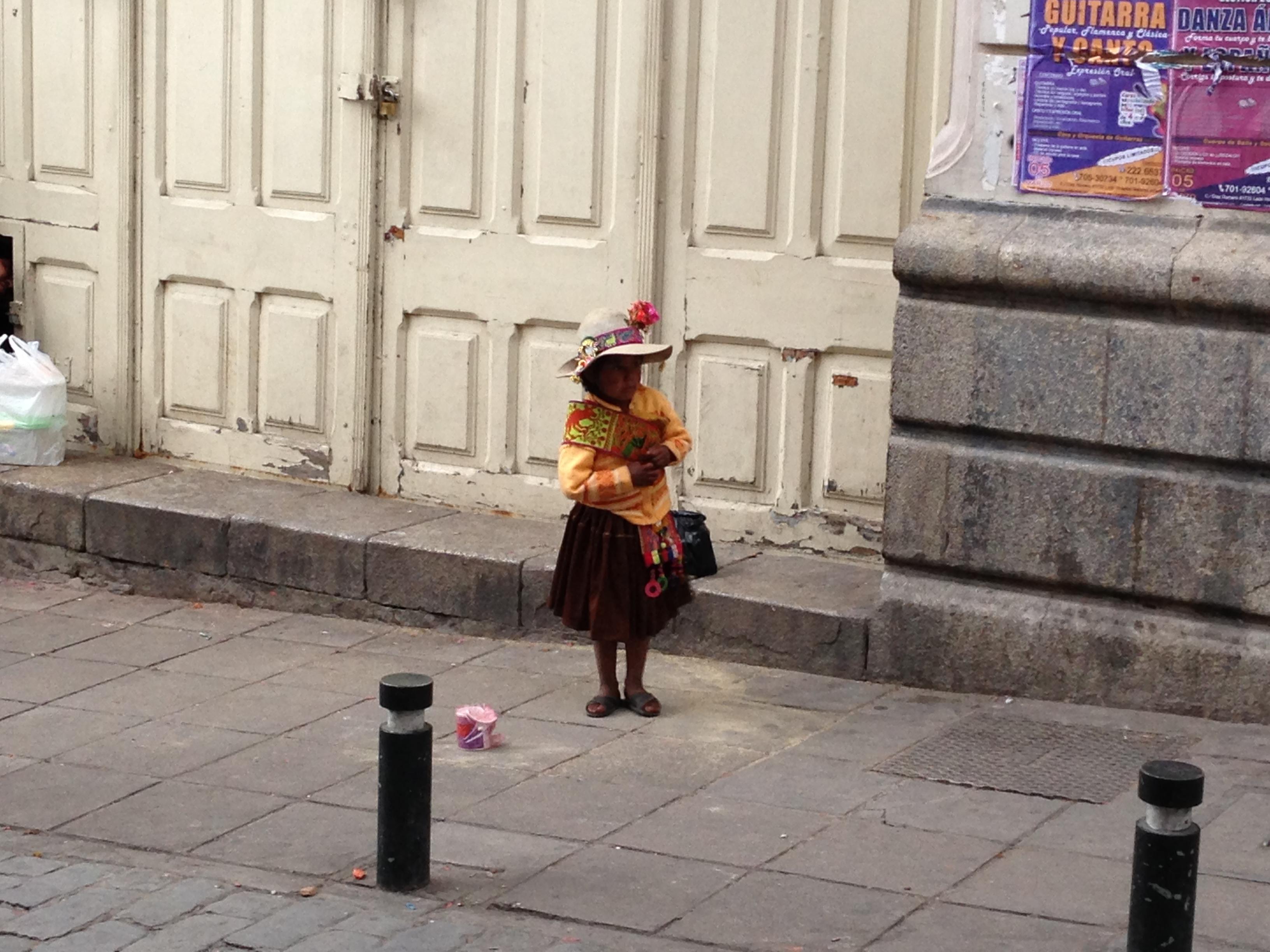 La pobre niña bailando en la calle