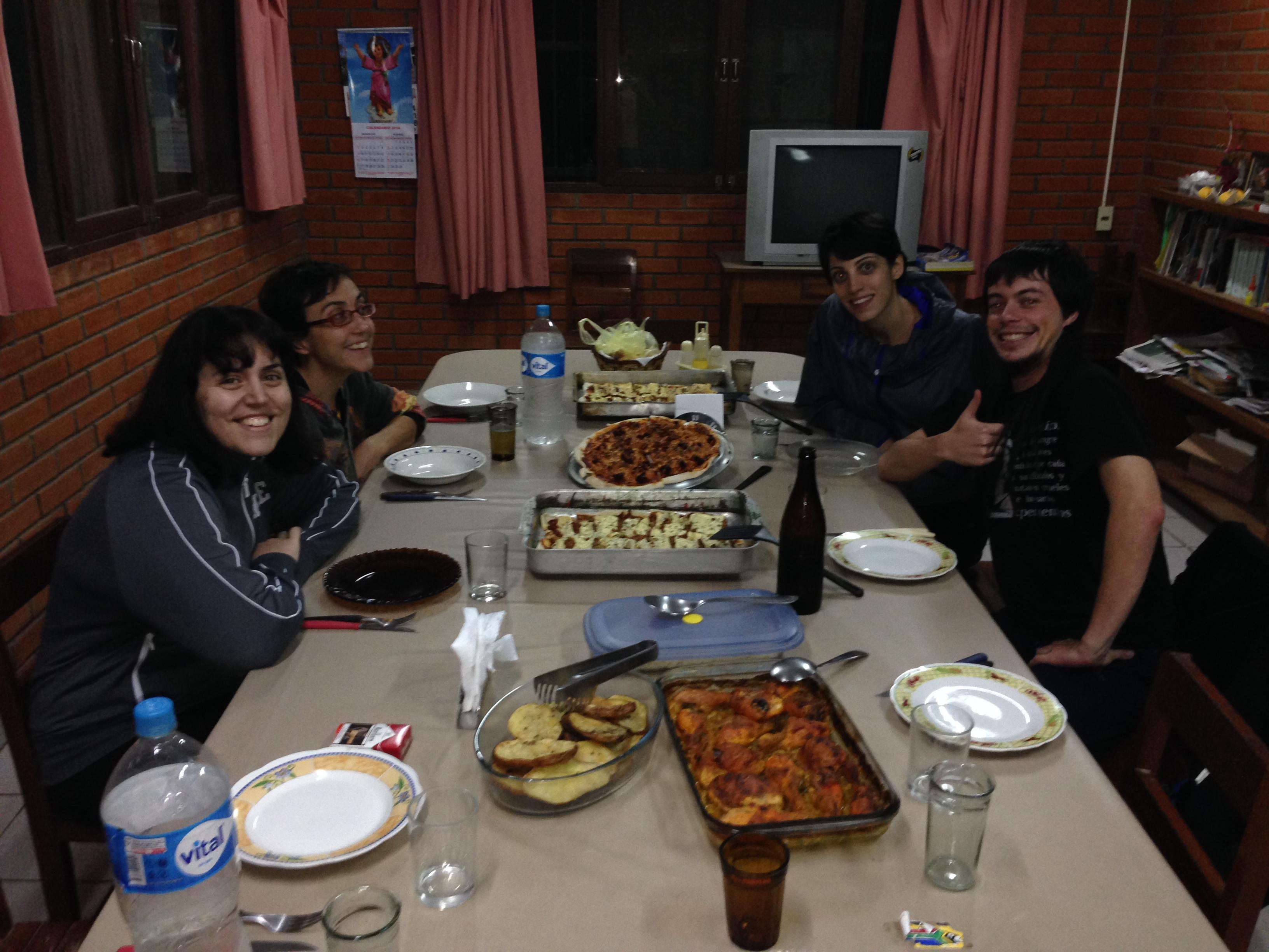 Pequeña cena homenaje tras la tormenta. De izquierda a derecha. Maria, Celia, Isabel y Guillén