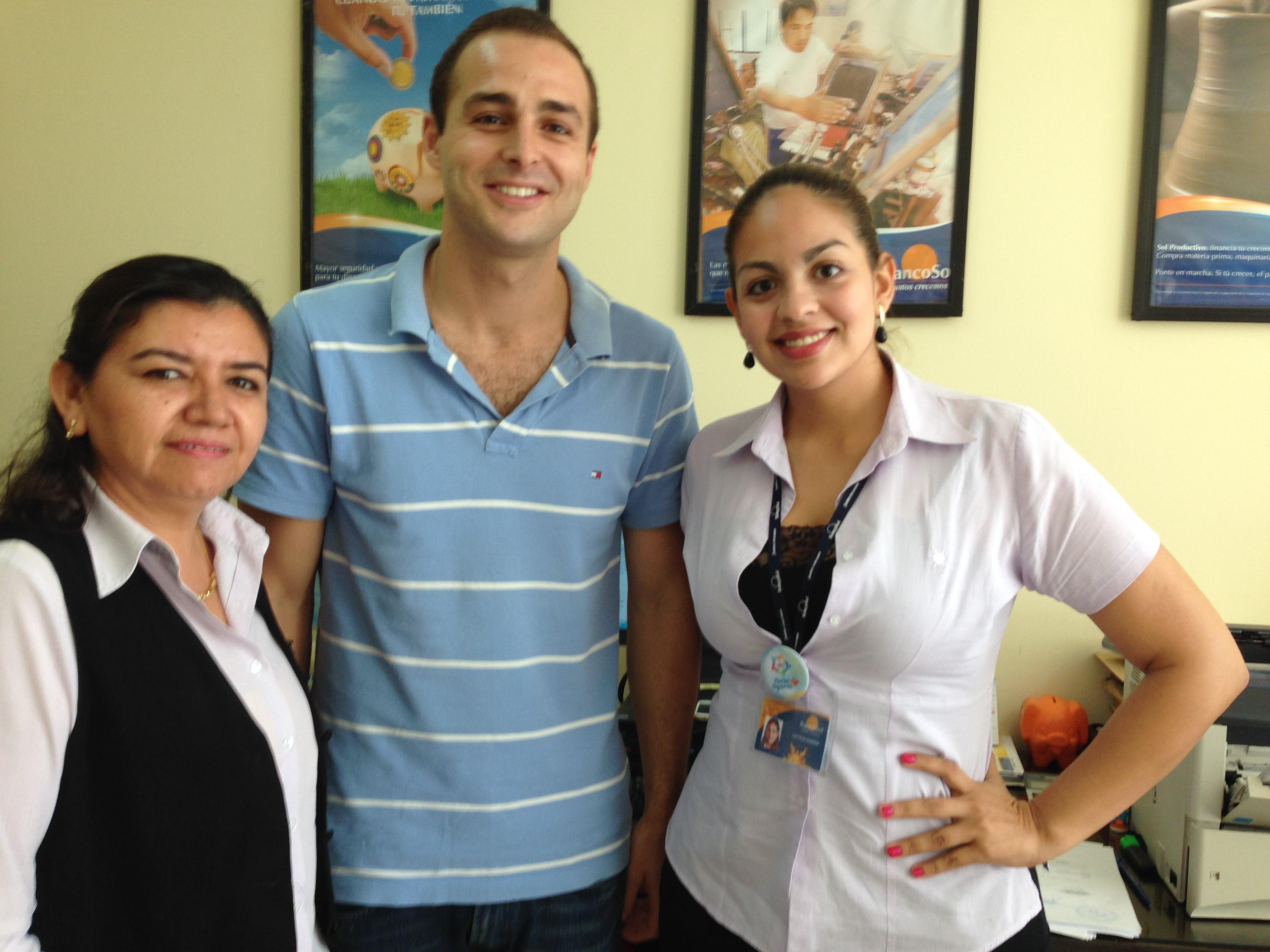 Con Lizbeth Hurtado (Encargada de Cartera) y Leticia Durán (Analista Regional de Marketing) de Banco Sol