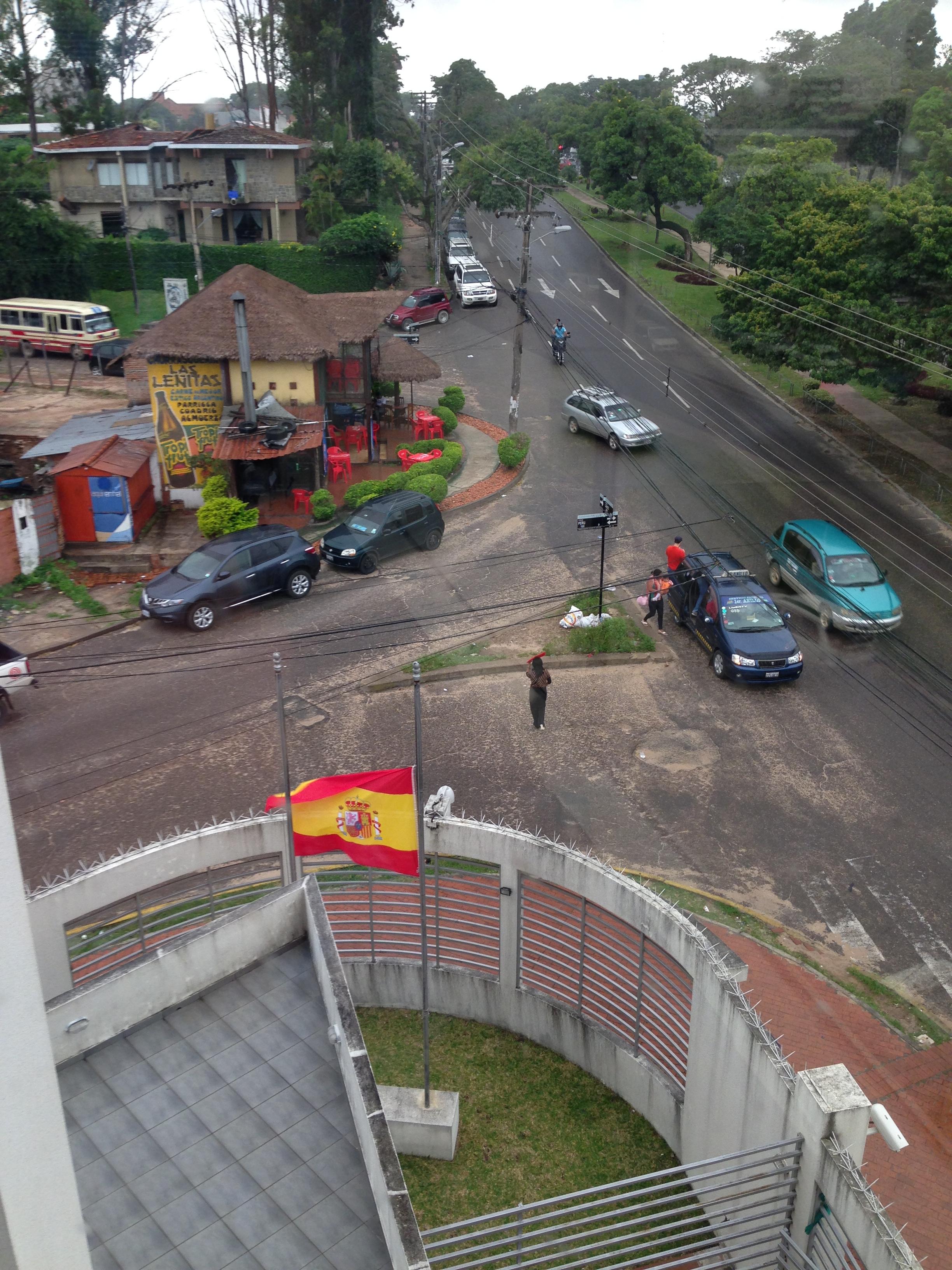 La bandera Española del Consulado luce a media asta como señal de duelo por la muerte del Presidente D. Adolfo Suárez