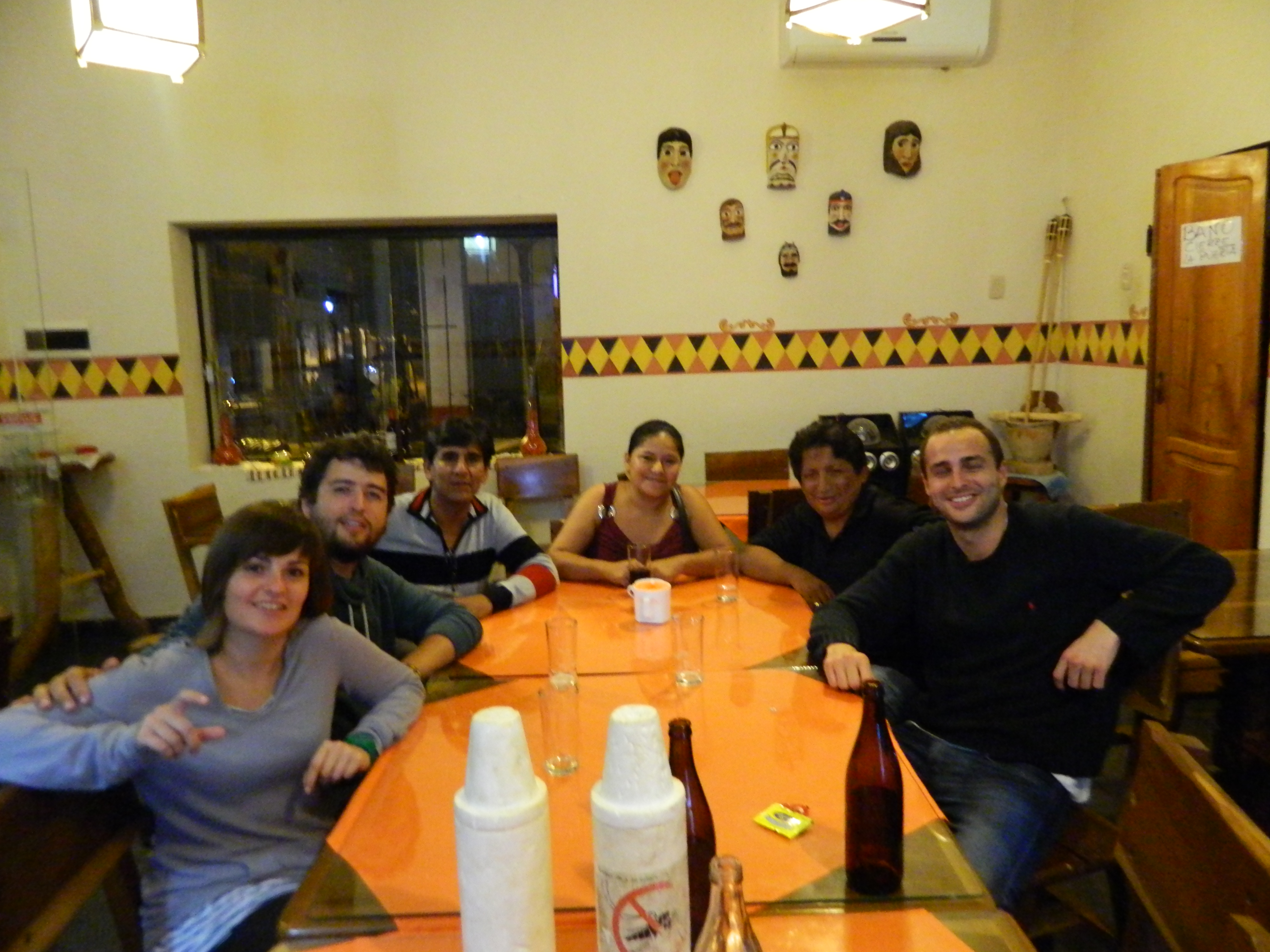 Momento de sobremesa tras la cena. De izquierda a derecha. Ana, Jesús, Ambrocio, Maria,