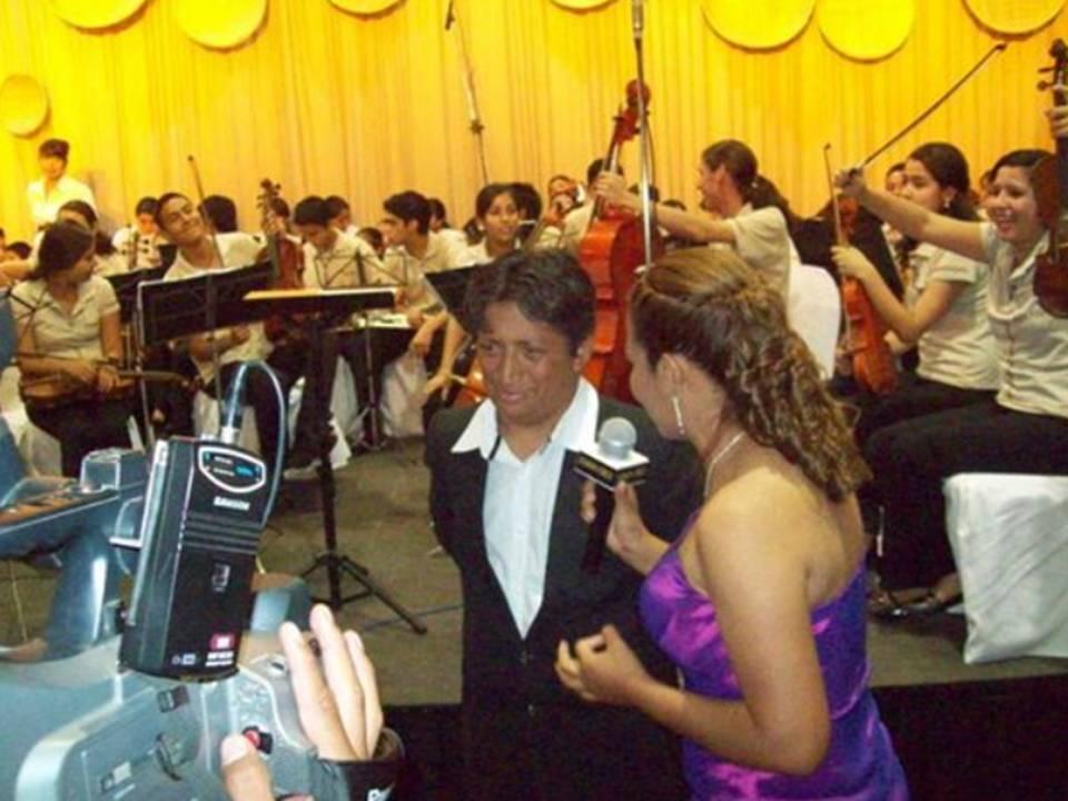"""Entrevista de la televisión en el """"Coktail de inauguración de la Fexpocruz"""