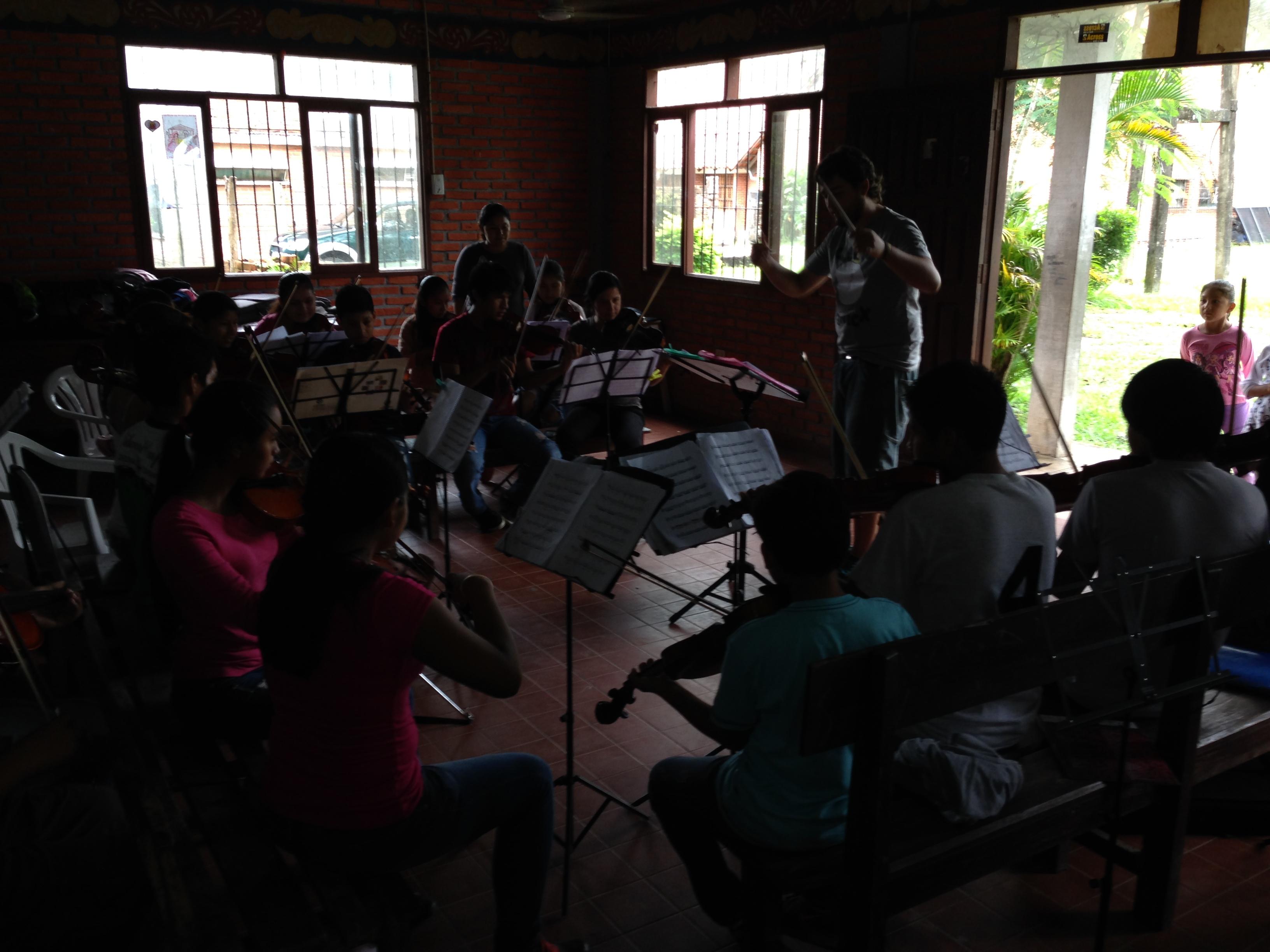 Jesús en otra de sus clases dirigiendo a parte de la Orquesta