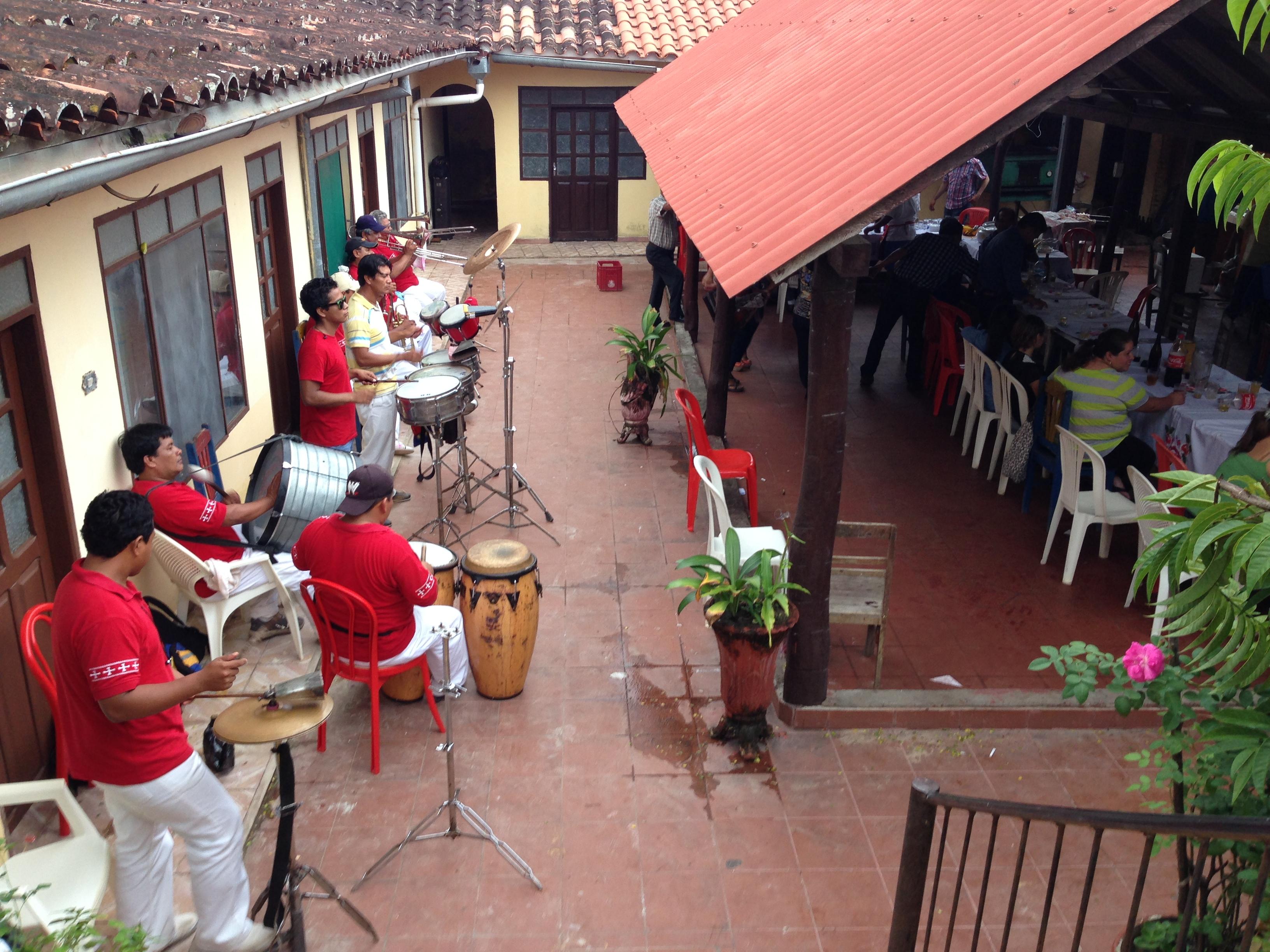 Grupo de música típico amenizando la tarde en un restaurante conocido de la zona