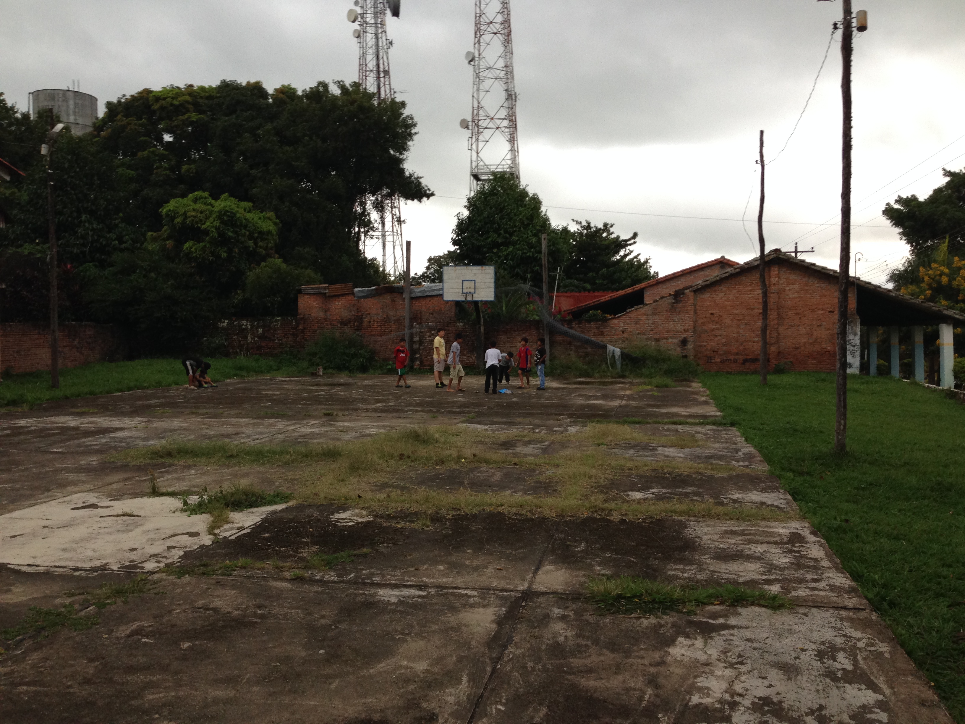 Niños jugando en la pista detrás de la Iglesia