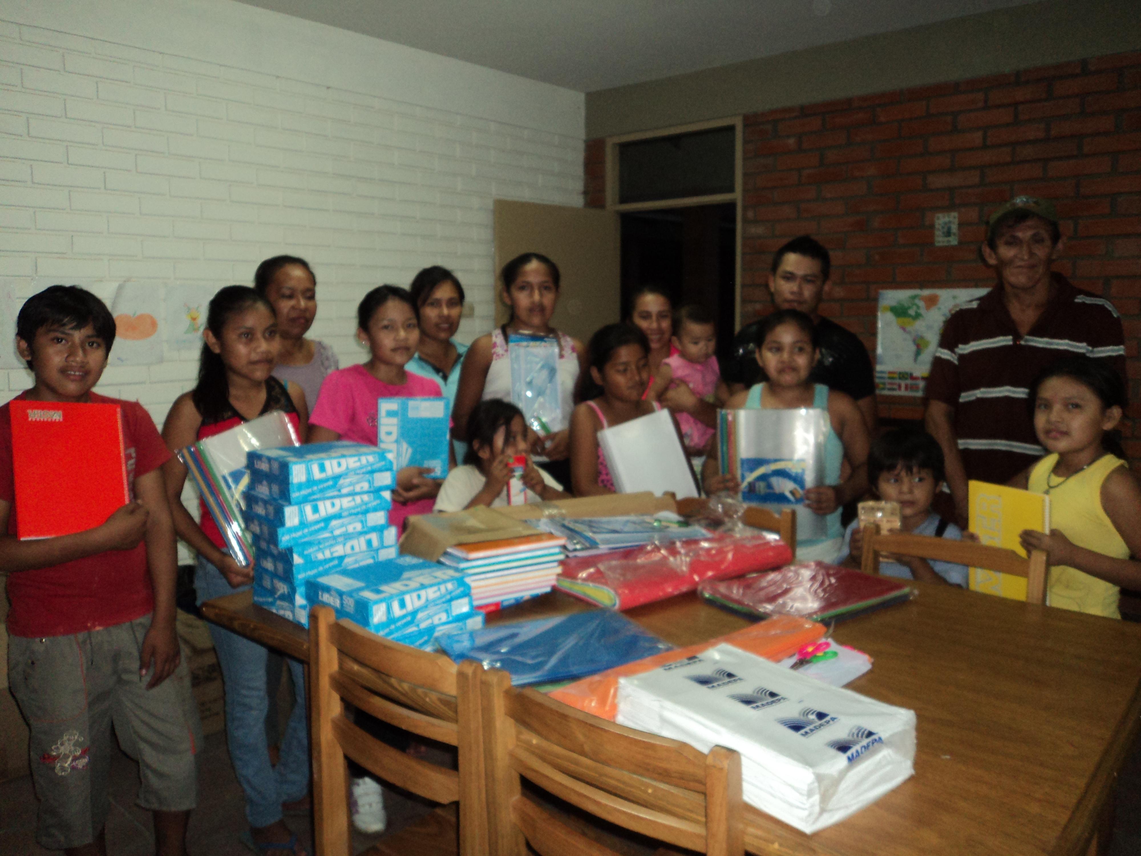 Los niños y niñas del Centro posando felices con su nuevo material escolar