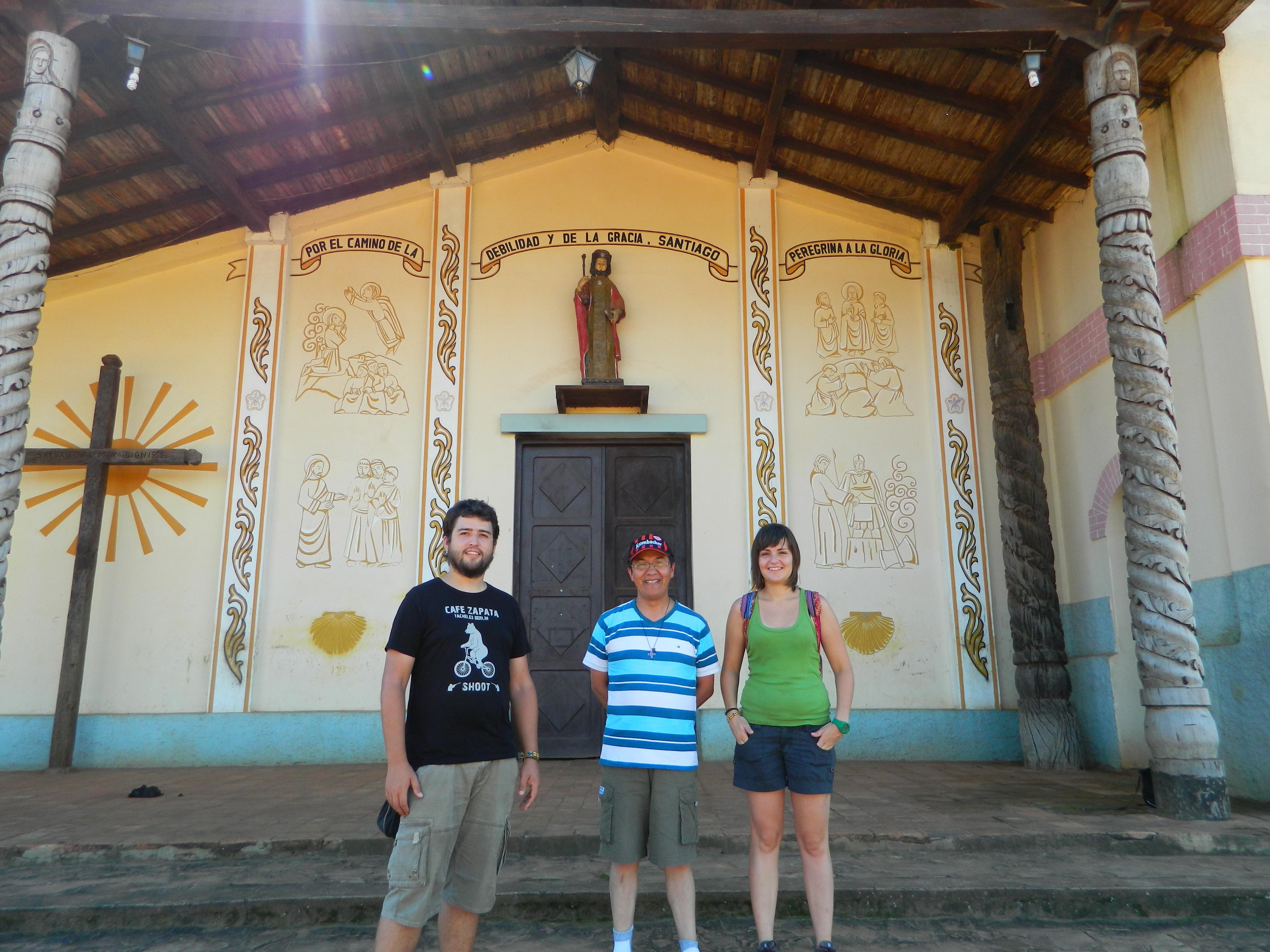 Jesús, el Hermano Milton y Ana en la Iglesia de Santiago de Chiquitos