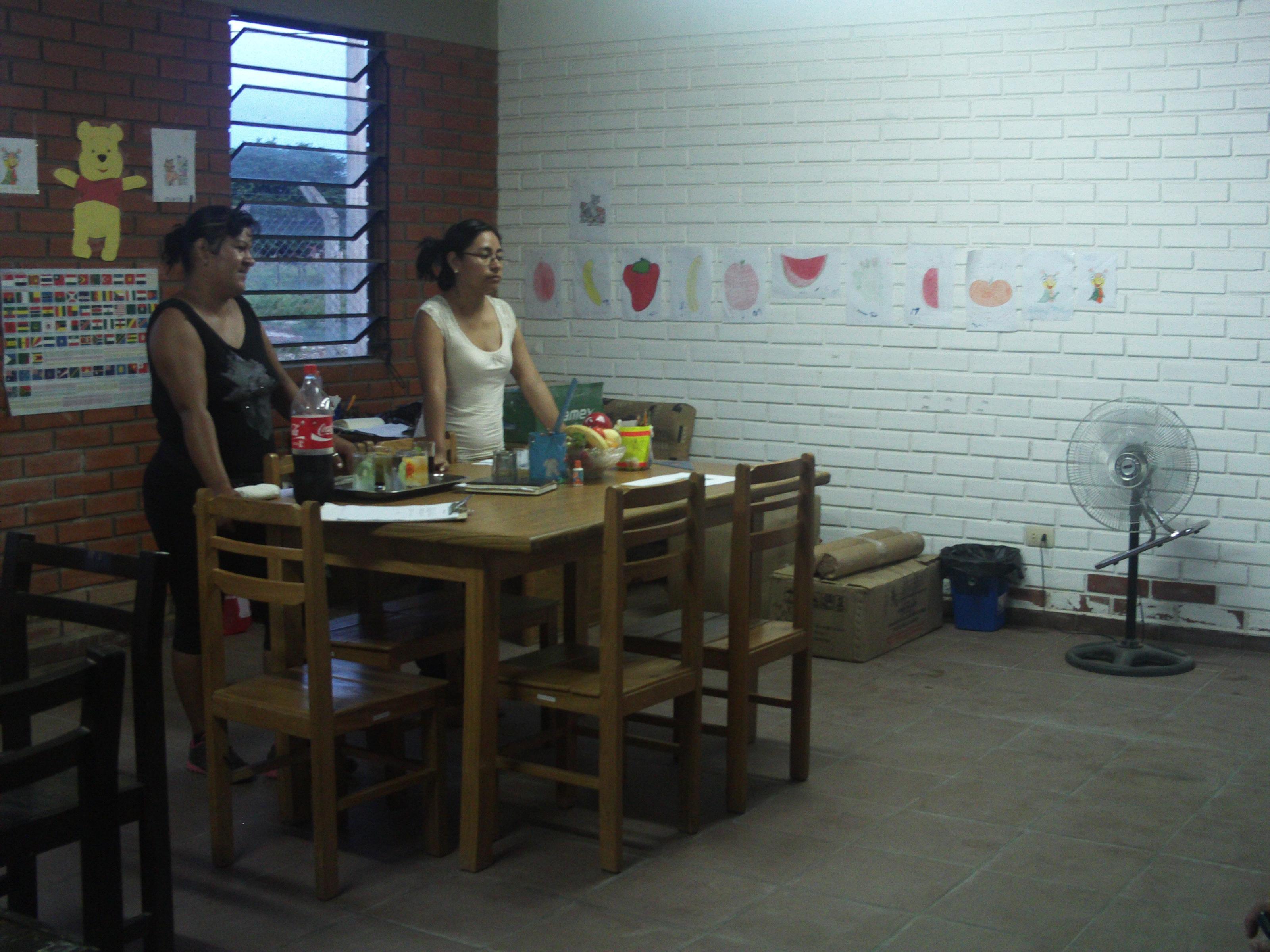 Mónica instantes antes de repartir el material escolar en el Centro de Montero