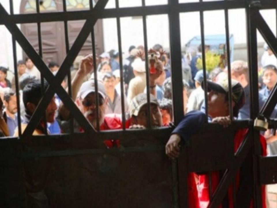 Los presos apoltronados en la puerta