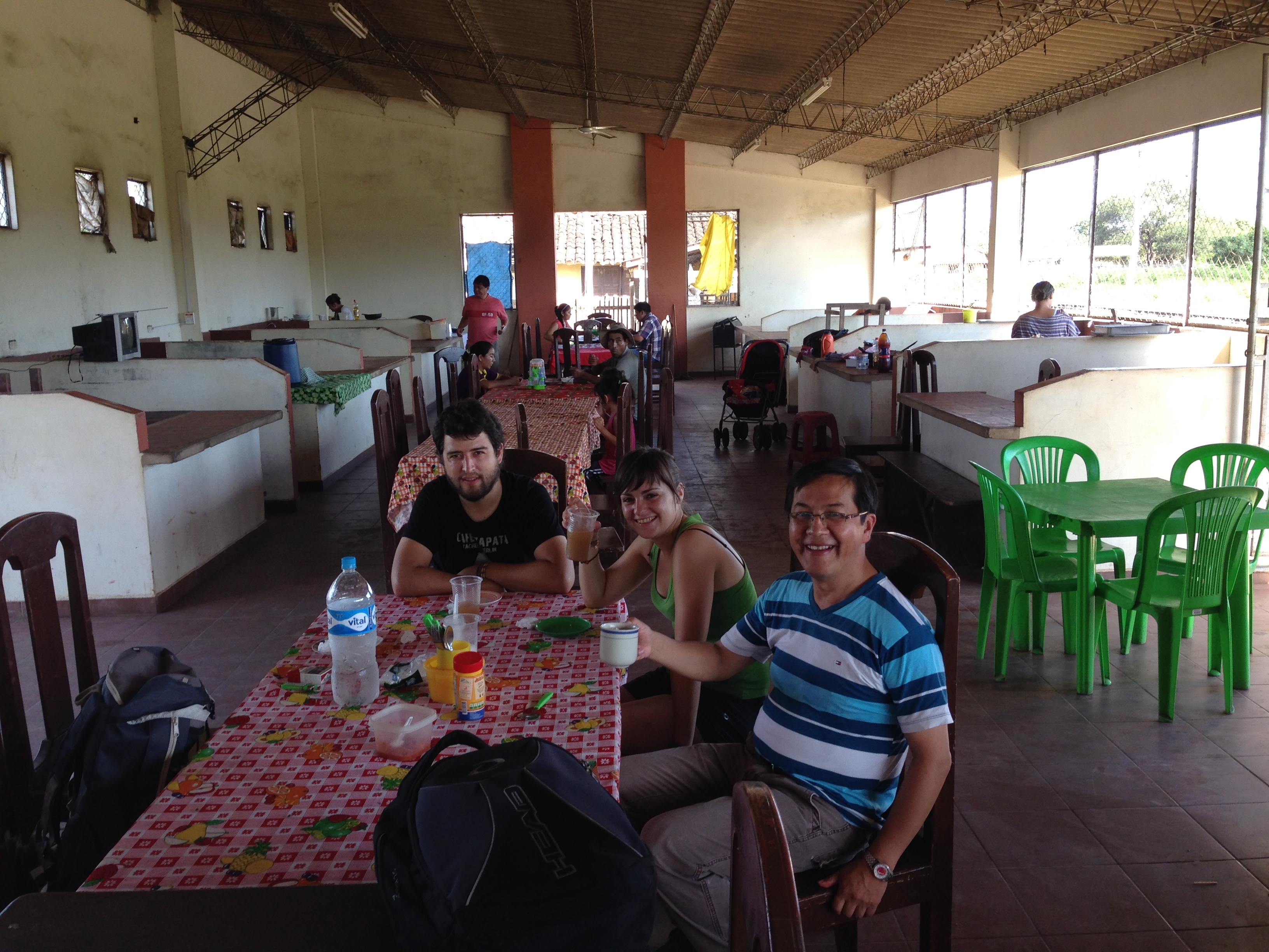 Jesús, Ana y el Hermano Milton desayunando