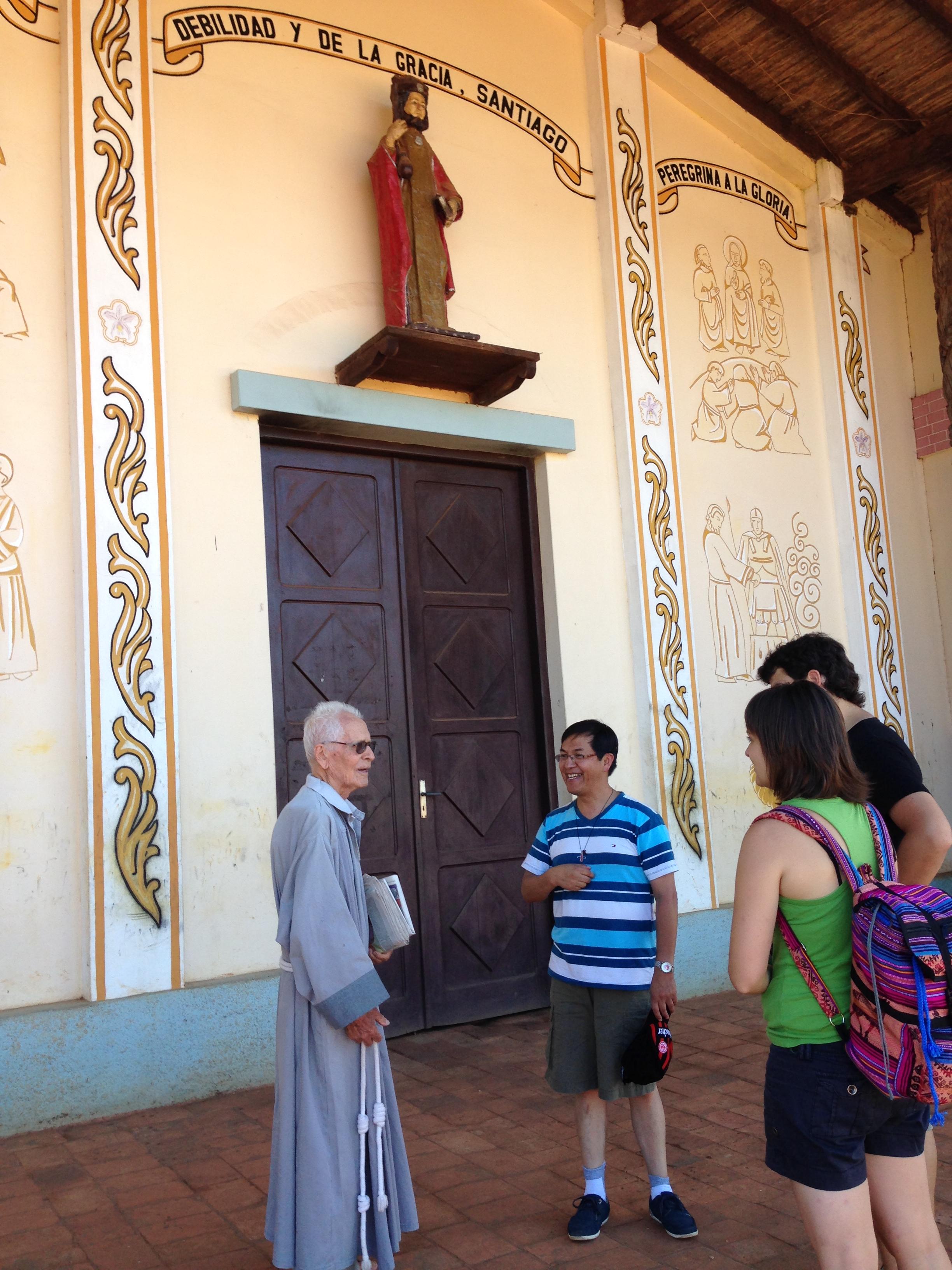 El Hermano Milton hablando con el Padre Eusebio (Párroco de la Iglesia de Santiago de Chiquitos)