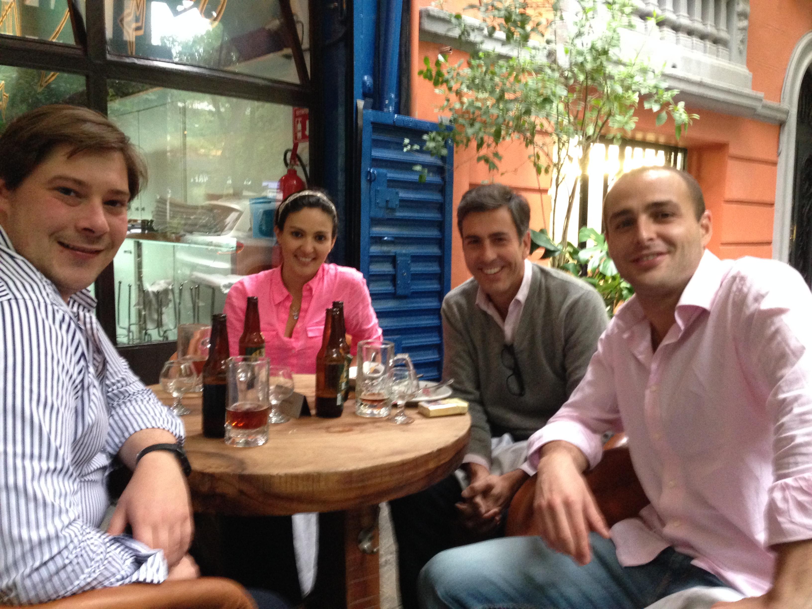 En la sobremesa tras un estupendo almuerzo. De izquierda a derecha. Alvaro, Rebeca, Diego y yo