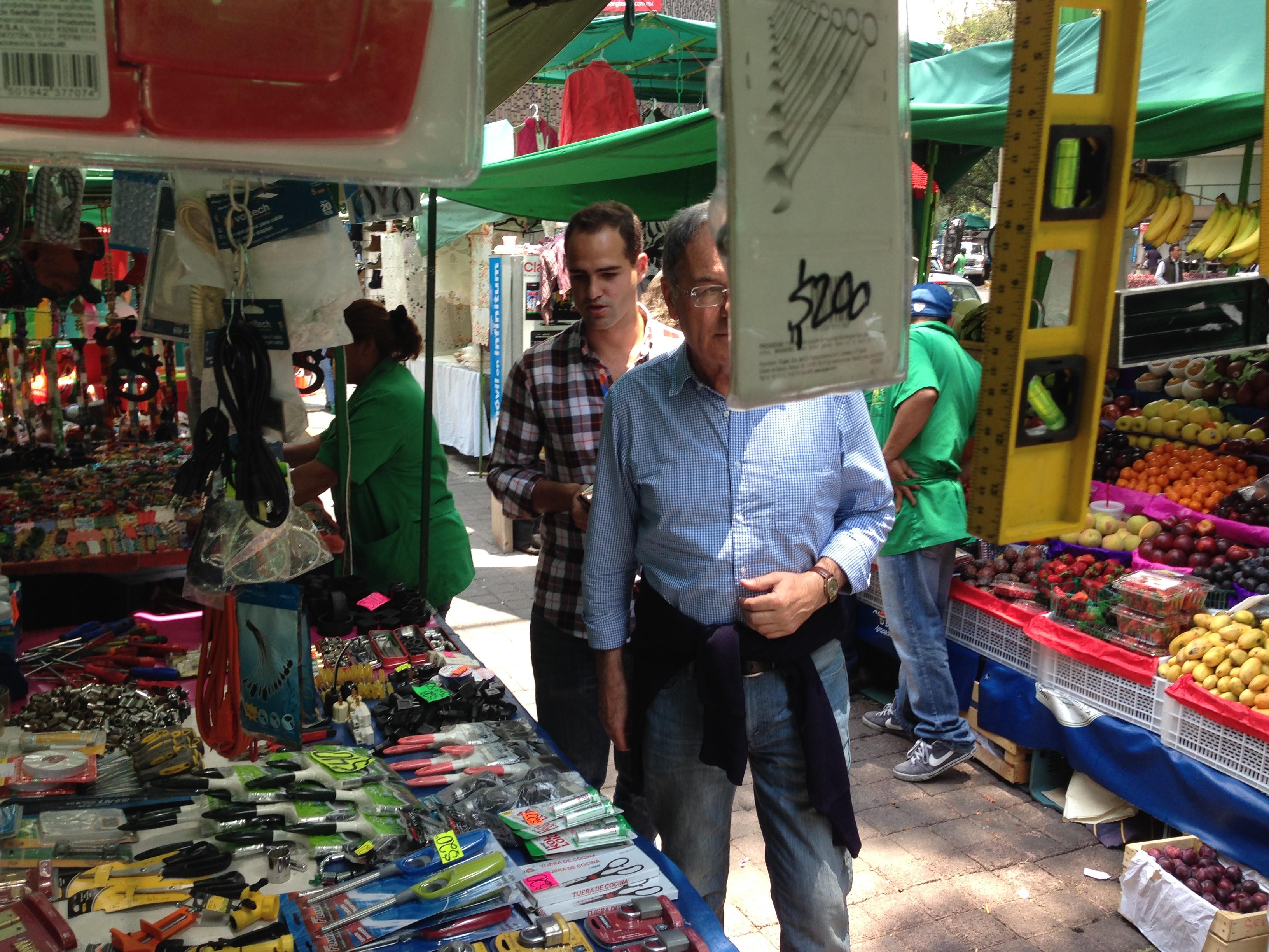Mi Padre y Hermano paseándo por uno de los múltiples Mercadillos de Coyoacán
