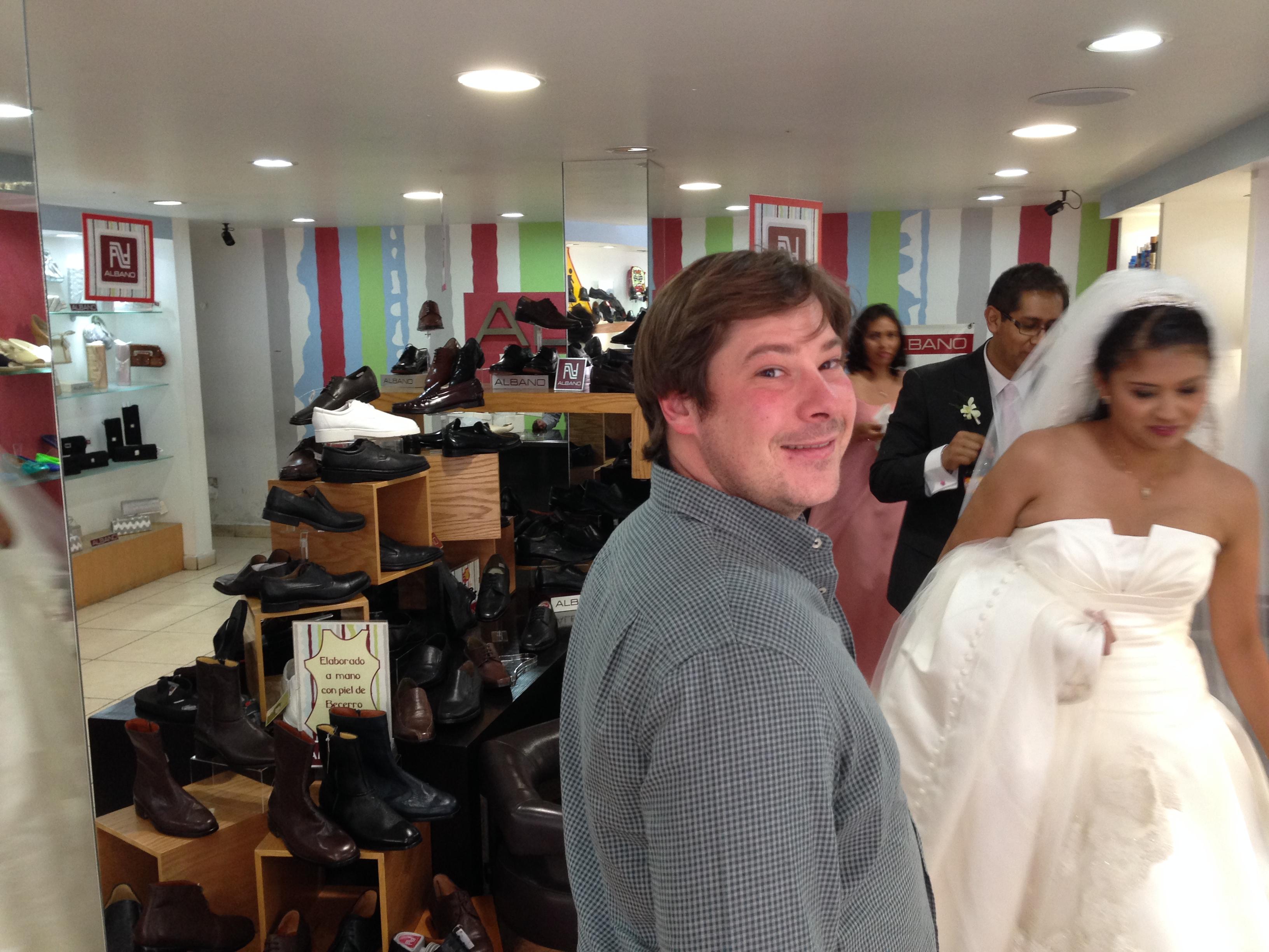 Álvaro en una tienda de Coyoacán donde una novia tuvo que ir a comprar unos zapatos después de su Boda porque los que tenía le hacian daño