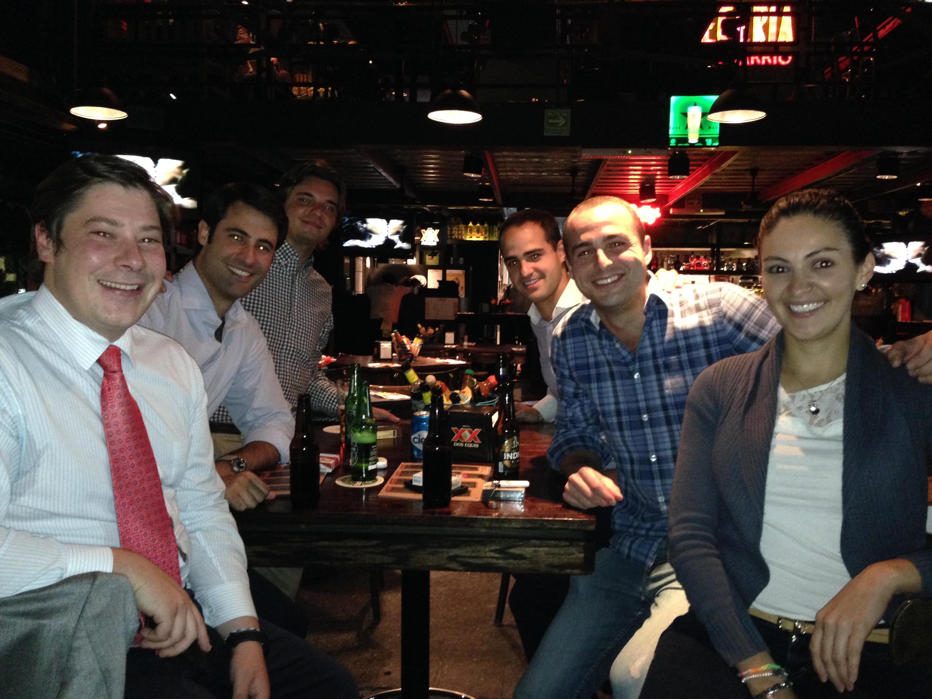 Álvaro, Rebeca, mi Hermano y yo cenando con unos buenos amigos
