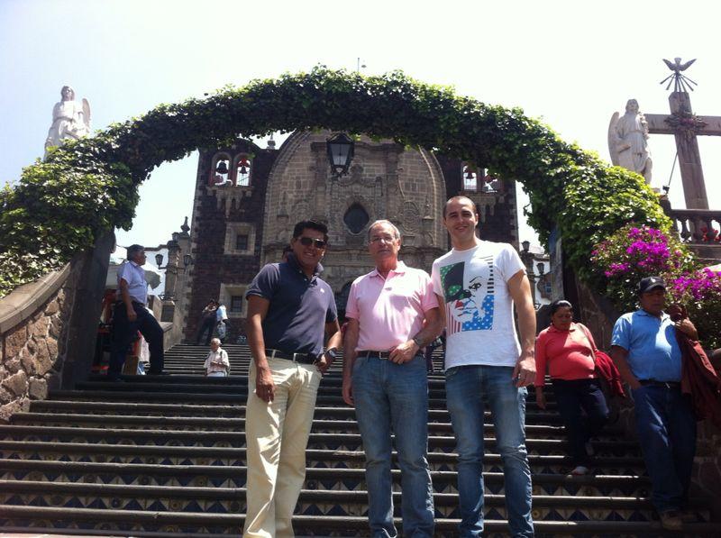 Mi Padre y yo con Tonatiuh en el complejo de la