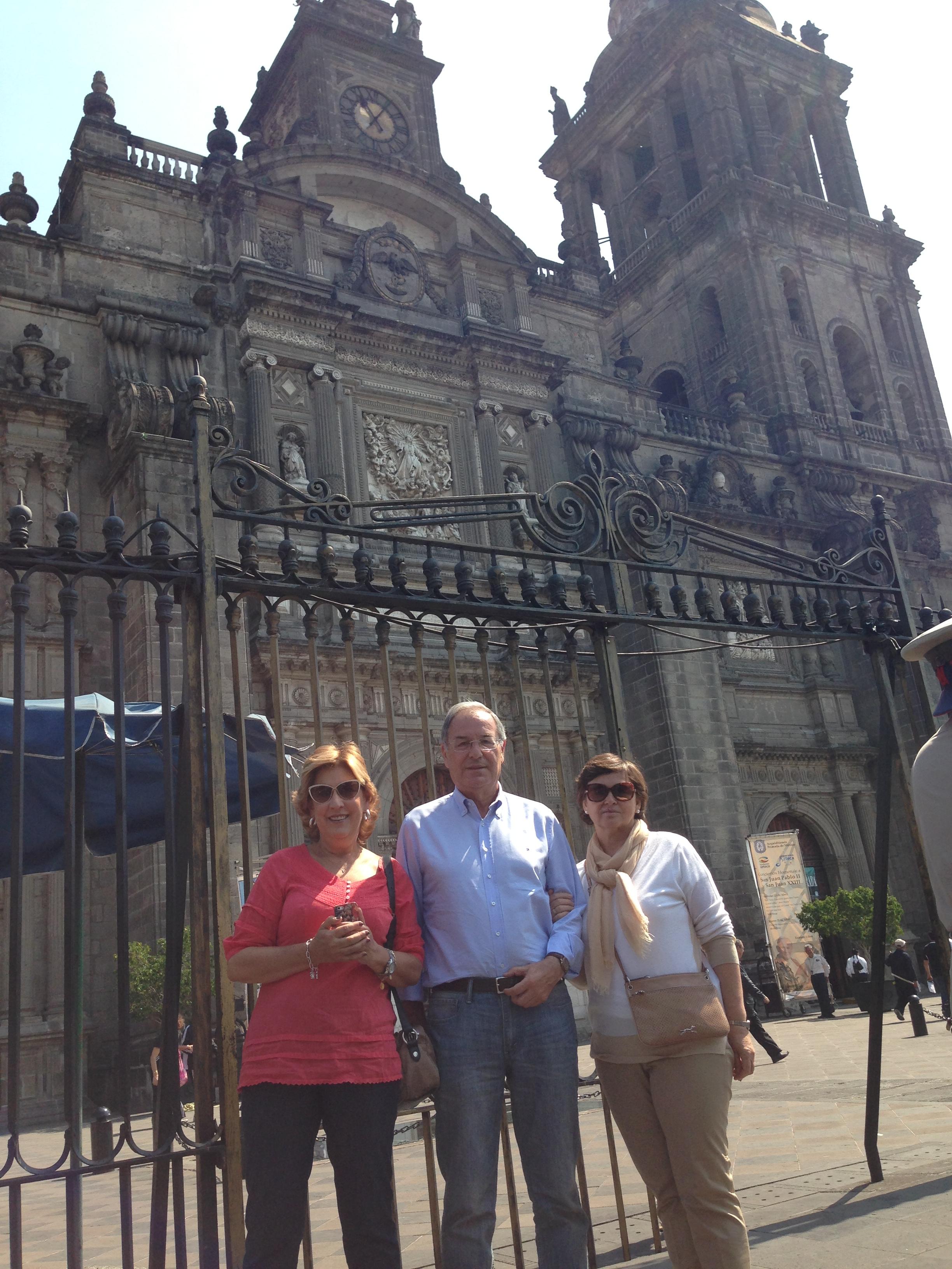 María Fernanda y mis Padres enfrente de la Catedral