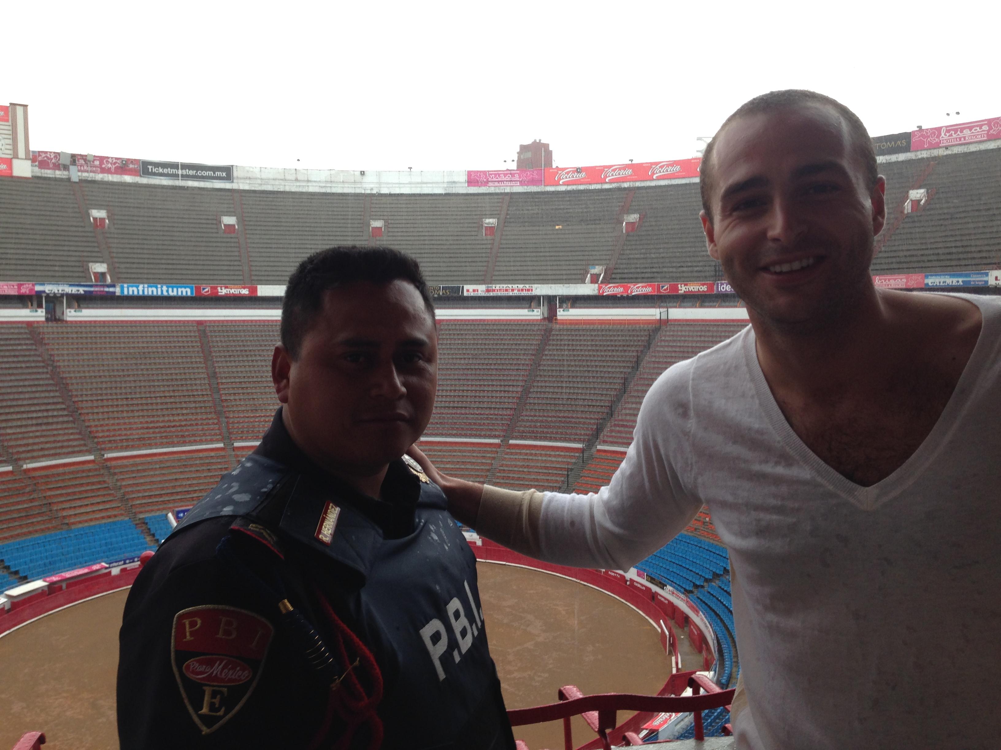 Con el jersey de mi Madre y con el Guardia de Seguridad Ricardo que me hizo el hombre más feliz del Mundo