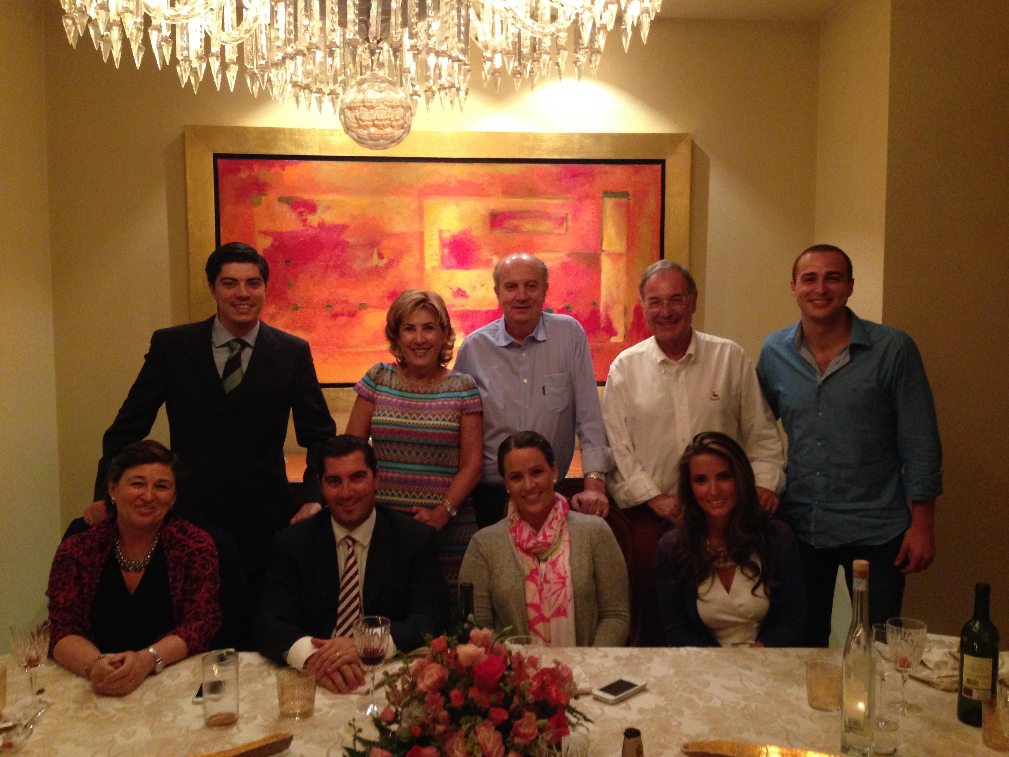 Cenando en Casa de los Carredano. De izquierda a derecha y de arriba a abajo. Javier, María Fernanda, Lalo, mi Padre, yo, mi Madre, Eduardo, Casilda y Marina