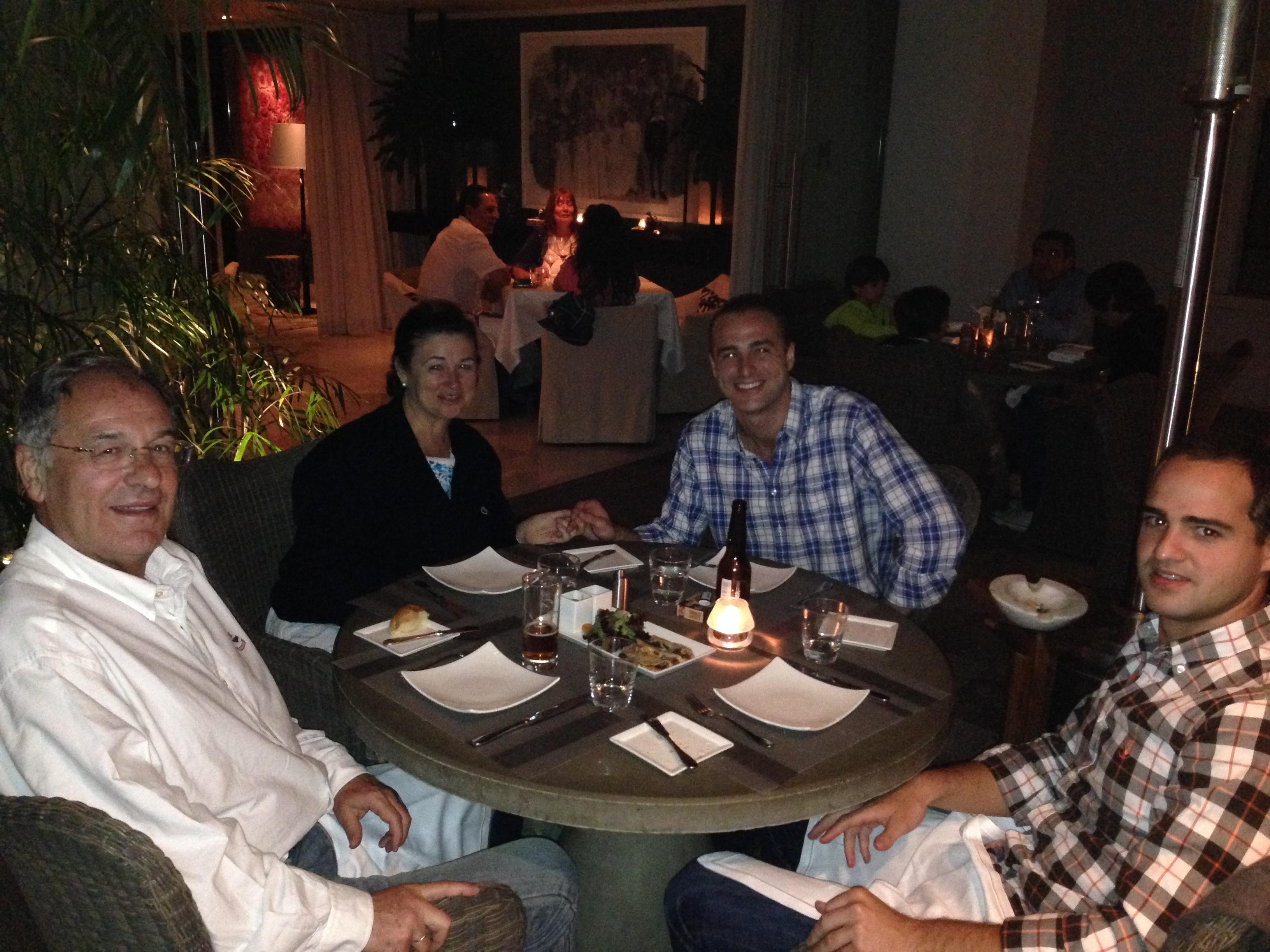 Los 4 felices y contentos cenando juntos en México