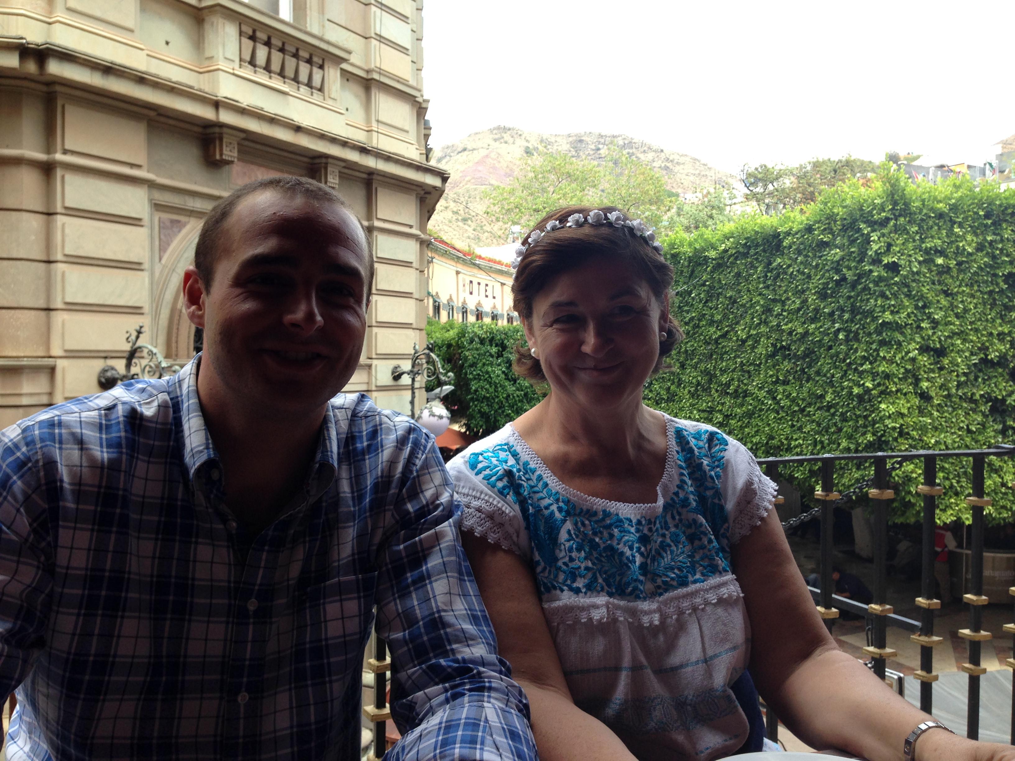 Con mi Madre y de fondo se puede ver la Plaza principal de Guanajuato