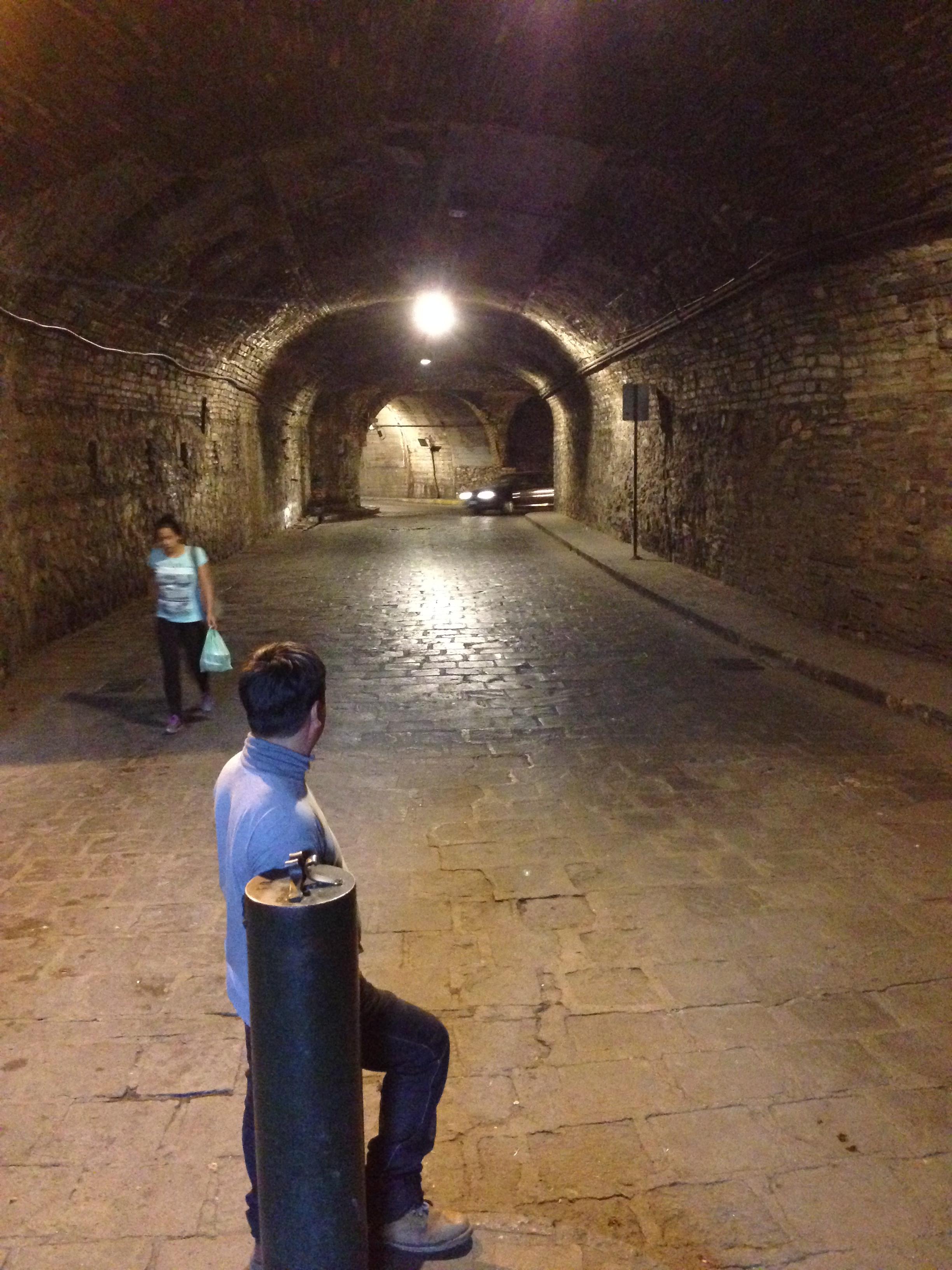 Túnel típico de Guanajuato por el que transitan coches y personas