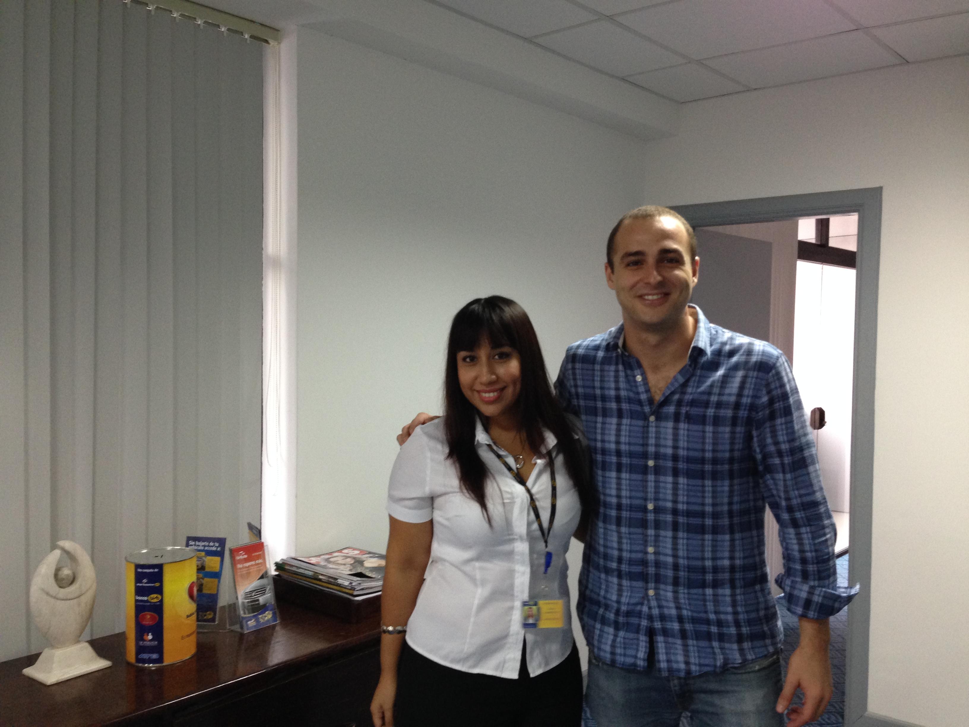 Con Joann Carrillo (Asistente de Marketing) de Banco Bisa