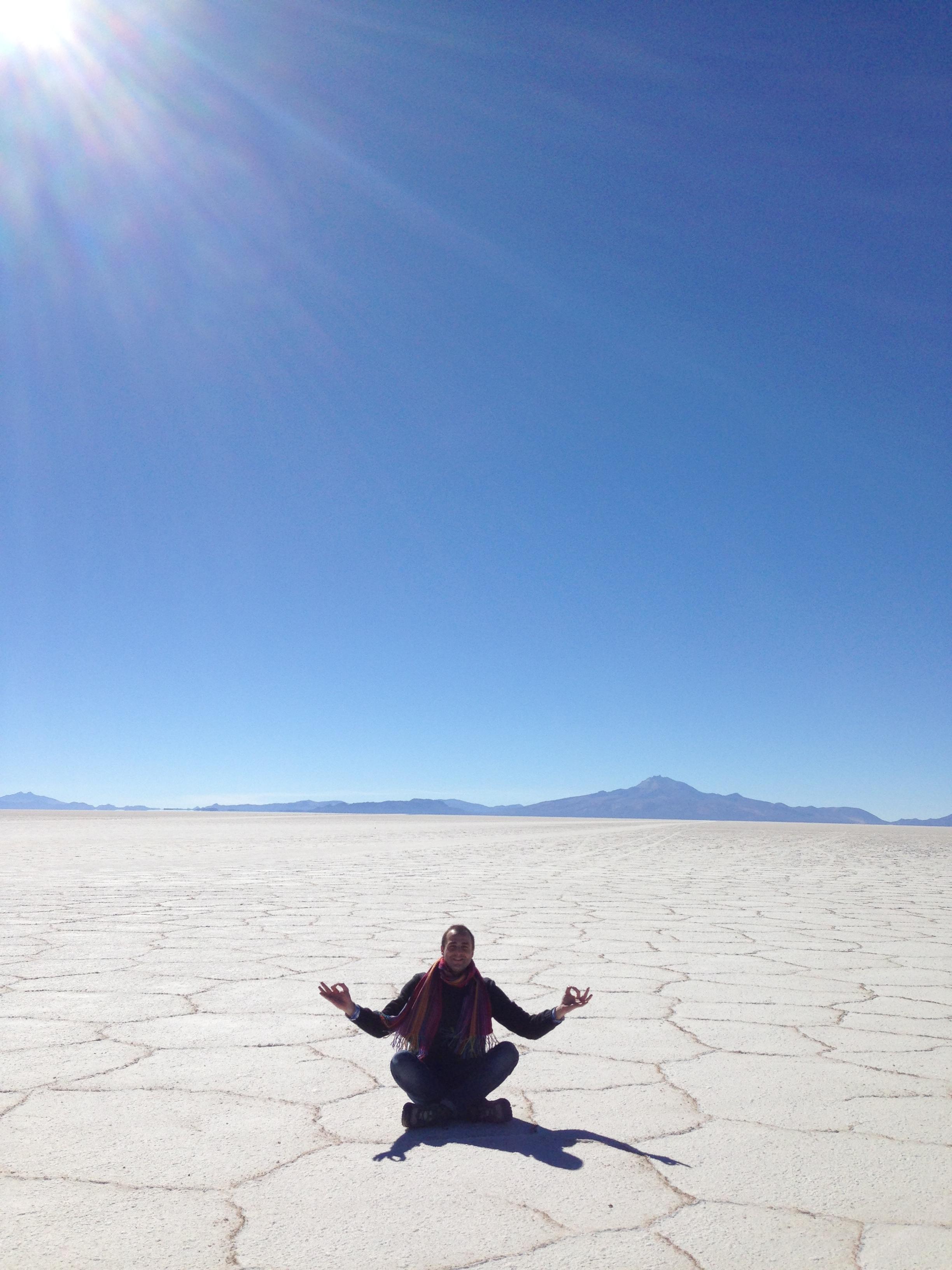 El suelo tiene formas hexagonales por la infiltración del agua a través de la sal