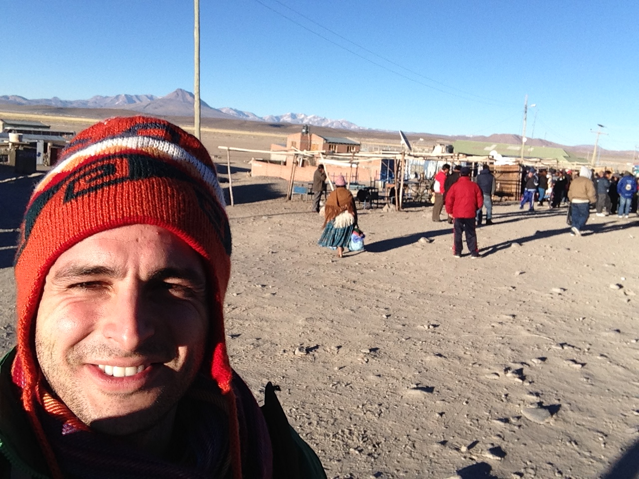 Frontera de Colchane con Los Andes de fondo