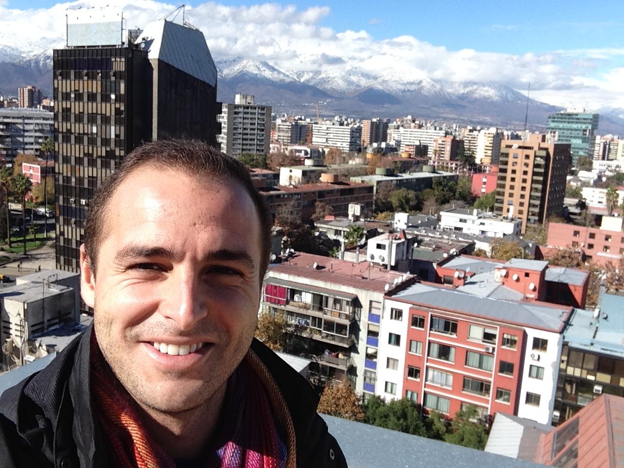 Selfie desde la azotea de la casa de Juan con Santiago de fondo