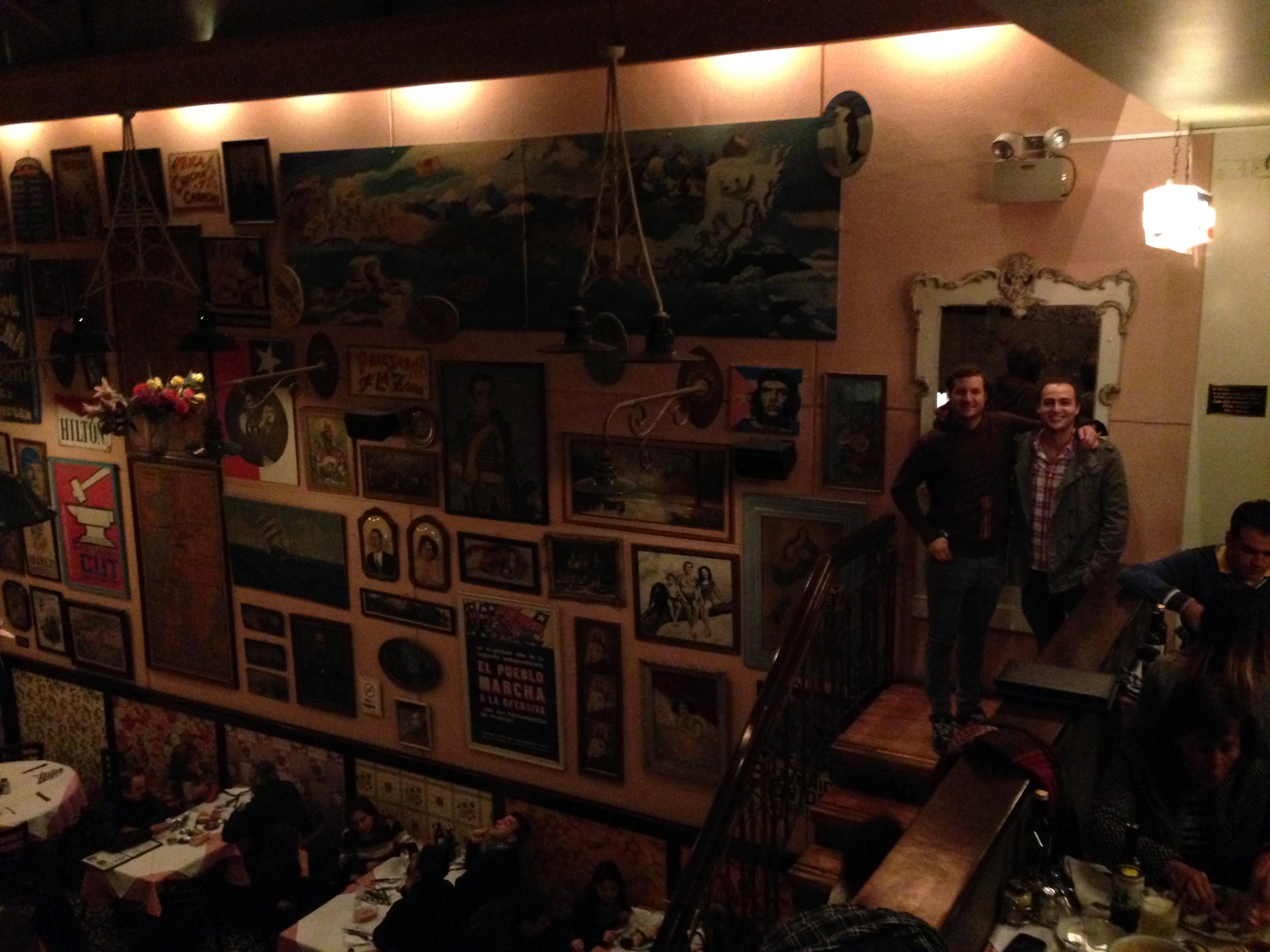 Con Juan en un restaurante típico de Santiago