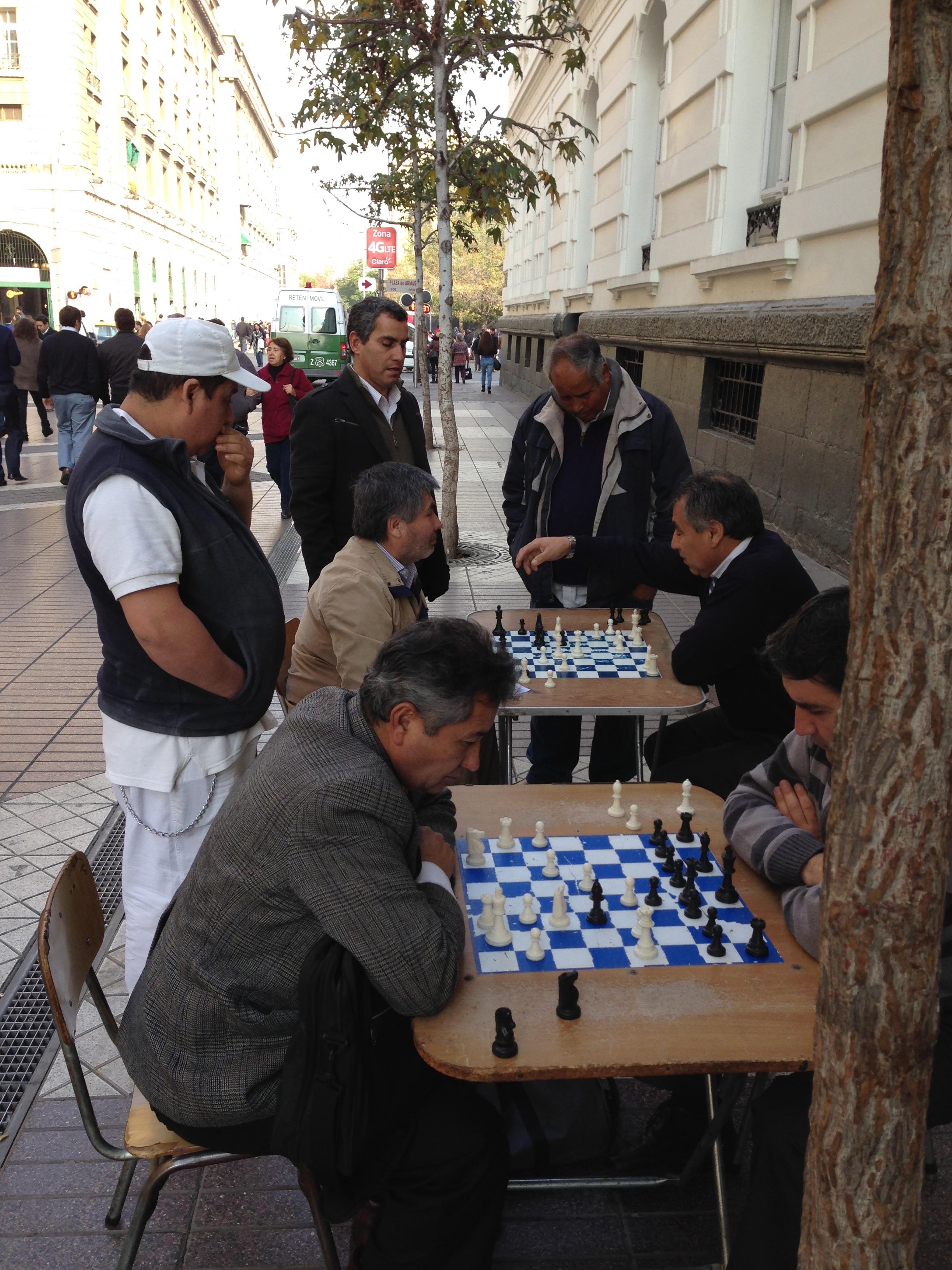 En Santiago son muy comunes las partidas callejeras de ajedrez