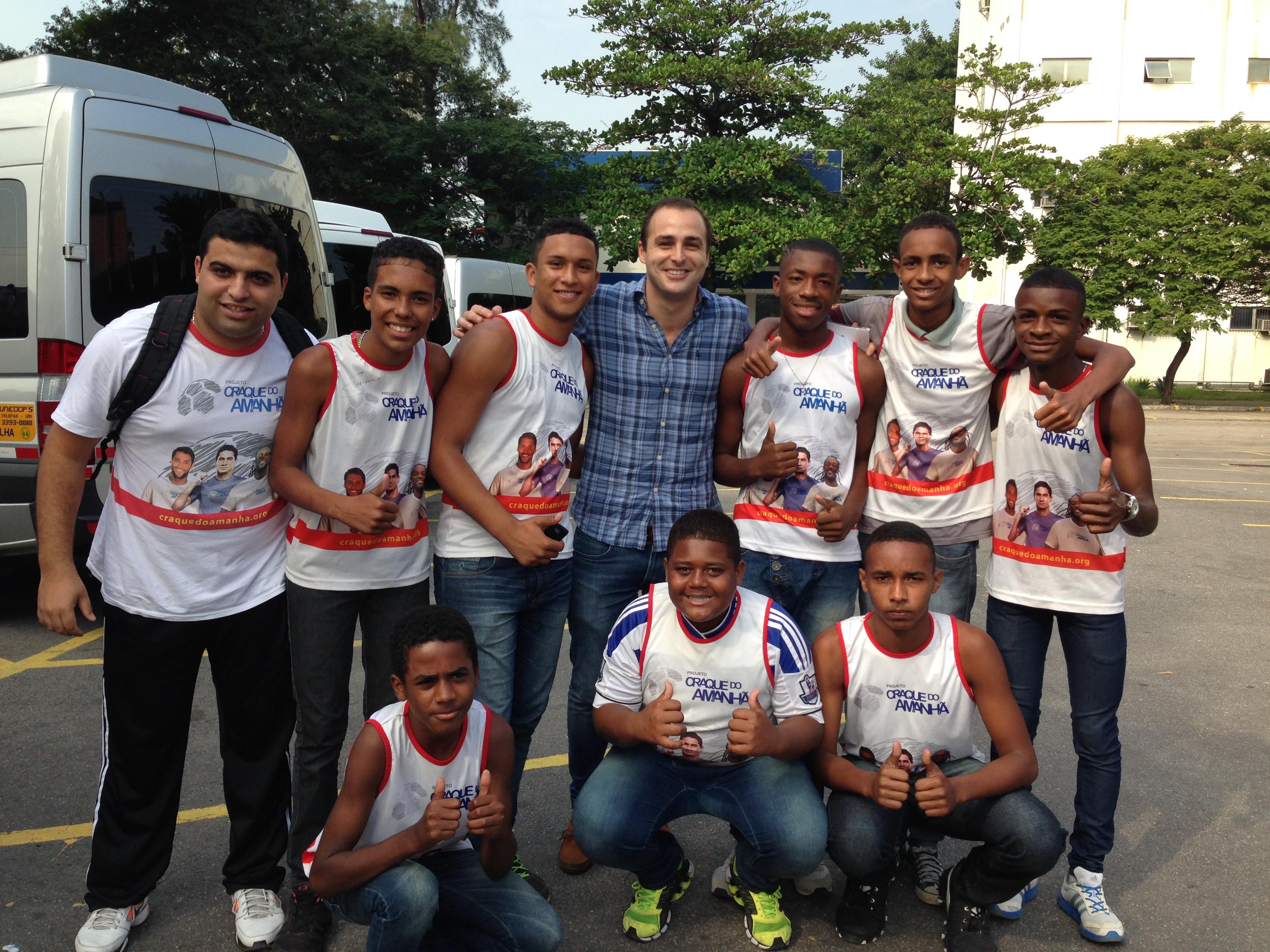 Con los chicos a la entrada del Estadio