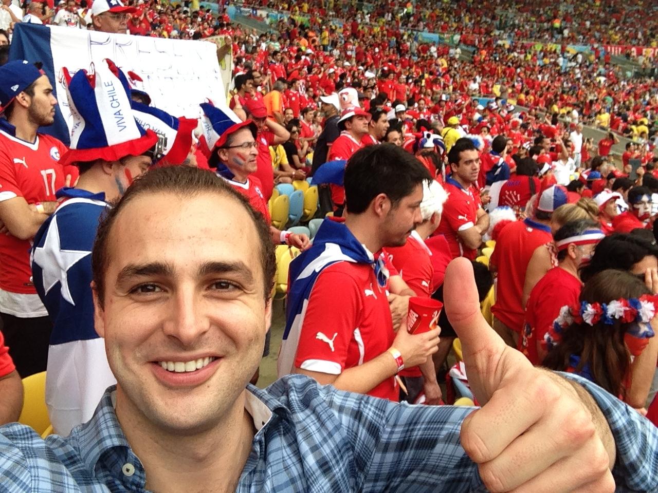Rodeado por toda la afición Chilena. En el estadio el 90% eran Chilenos y el 10% Españoles