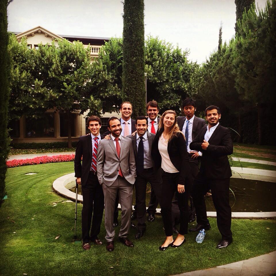 Con mi equipo posando el último día de exámenes en el Campus Norte de IESE