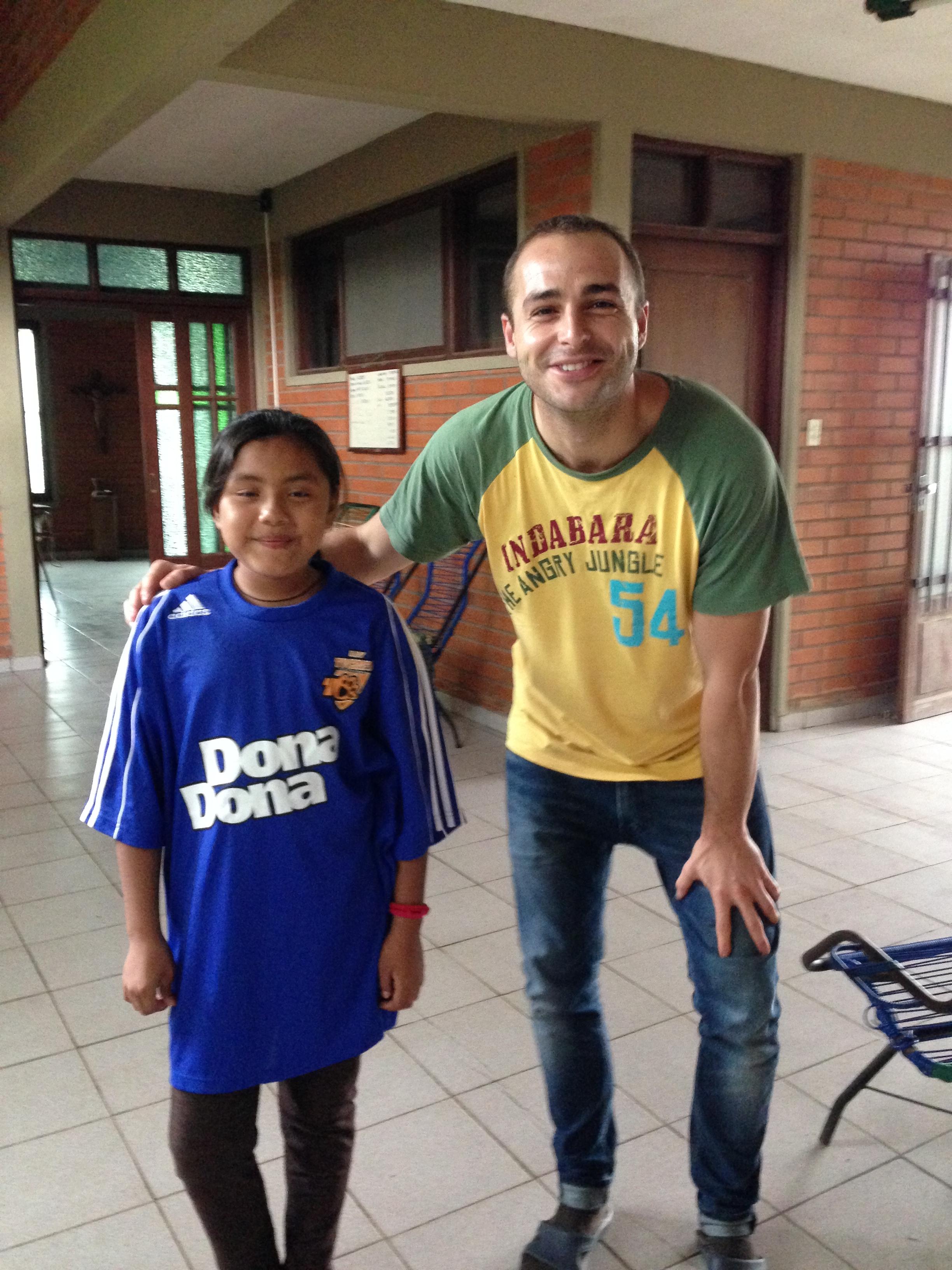 Raxana con la camiseta que le regalé de nuestro equipo de futbol de Madrid,