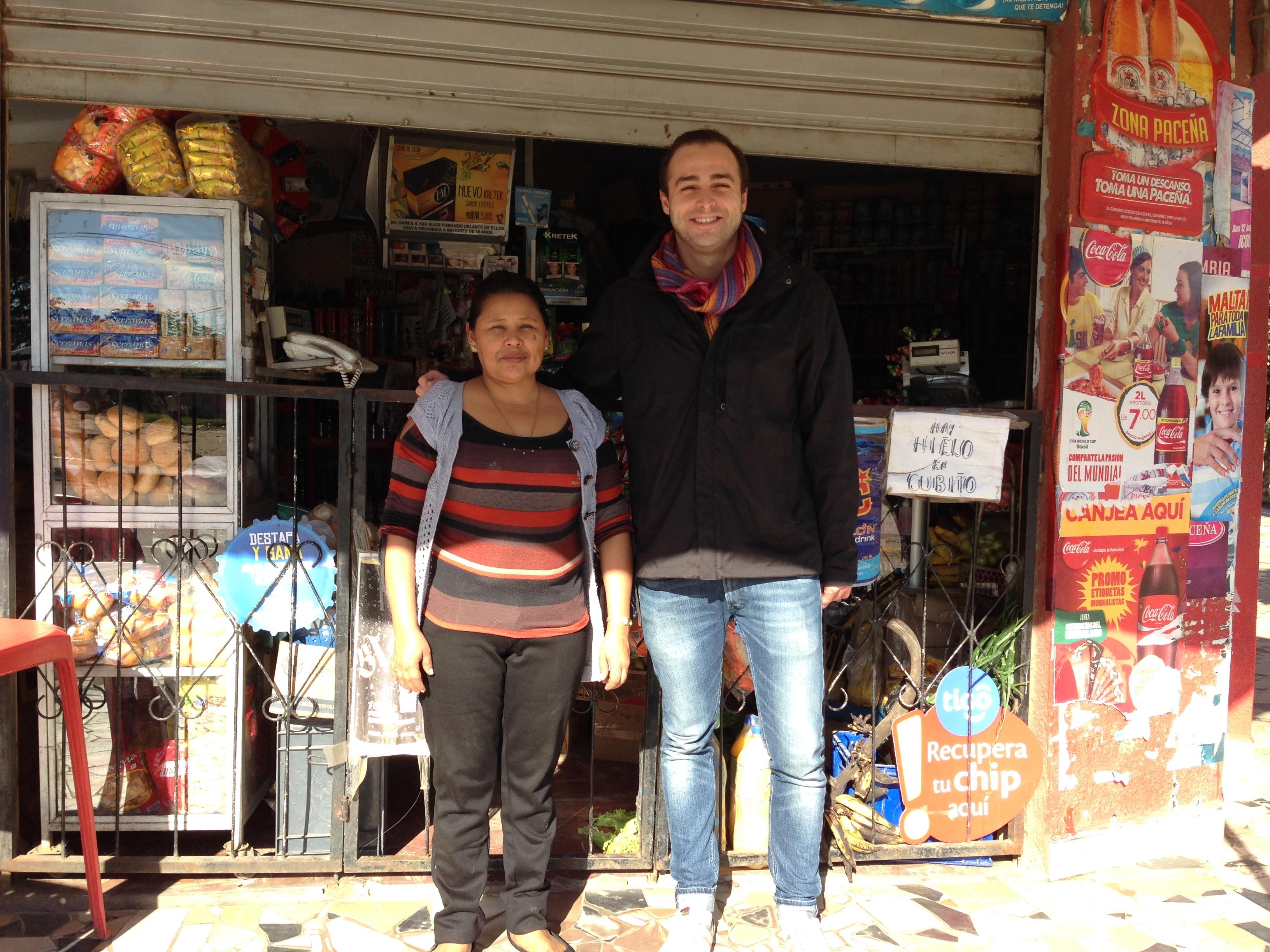 Con Dña. Carmen en la puerta de su tienda en el