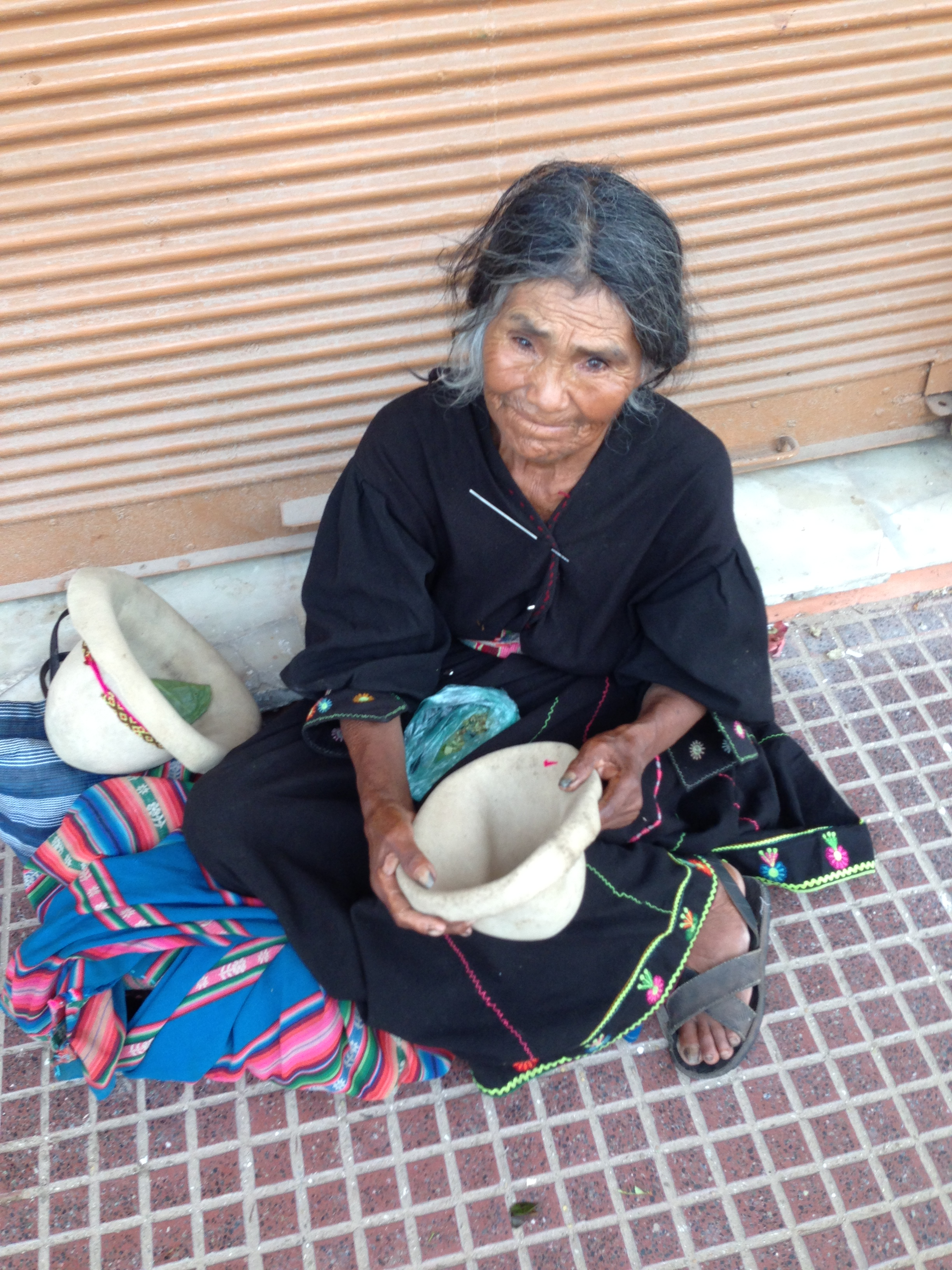 La Sña. Erika pidiendo en medio de la calle de Santa Cruz. Su historia me marcará para siempre