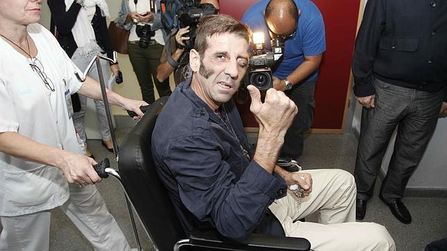 A la salida del Hospital sujetando en la mano izquierda las medallas de Sebastián Castella